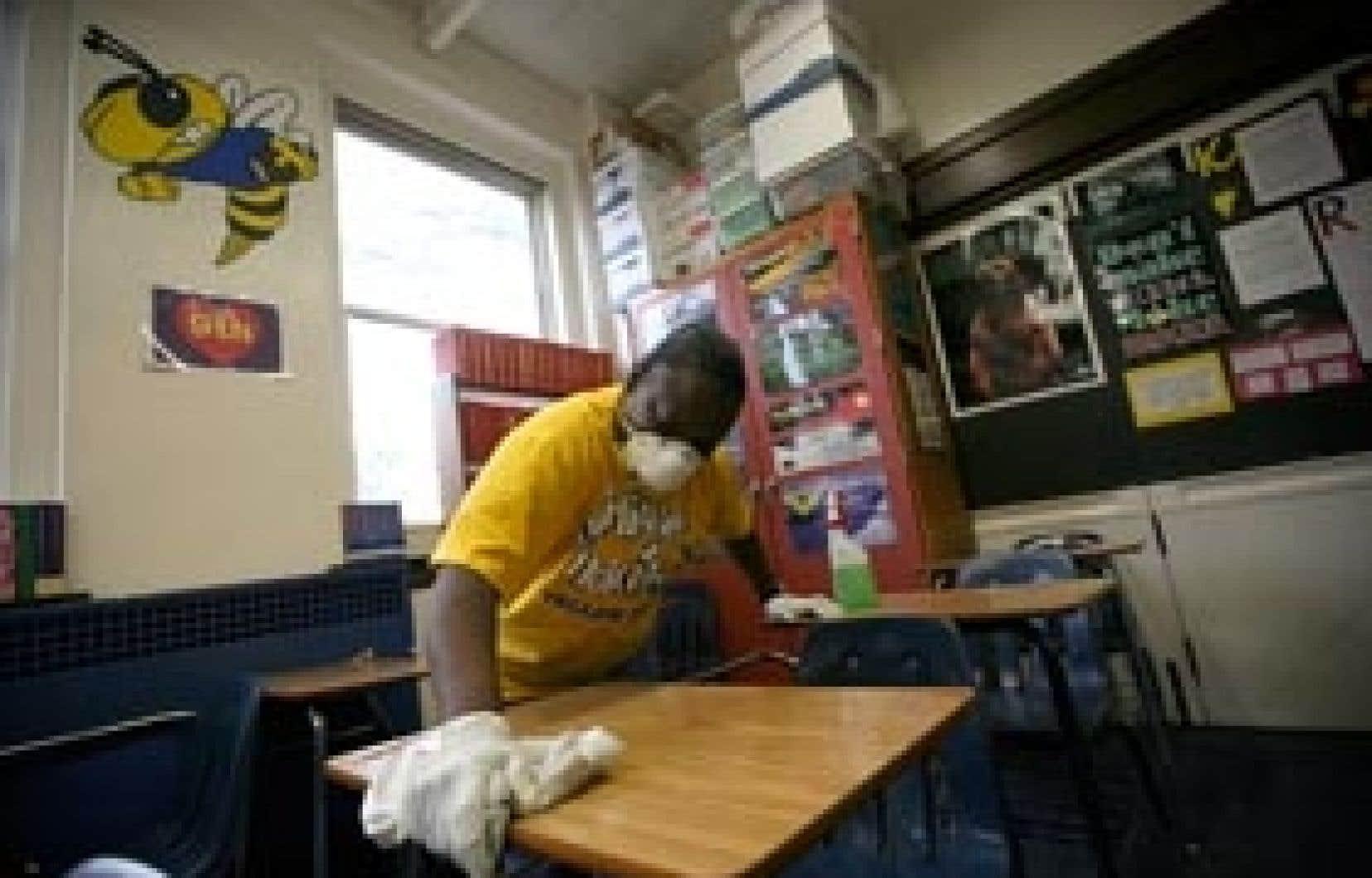 Une employée d'une école à Fort Worth, au Texas, désinfecte bureaux, chaises et autres meubles des classes. Les écoles de Fort Worth ont été fermées dans un effort pour freiner la progression du virus de la grippe porcine.