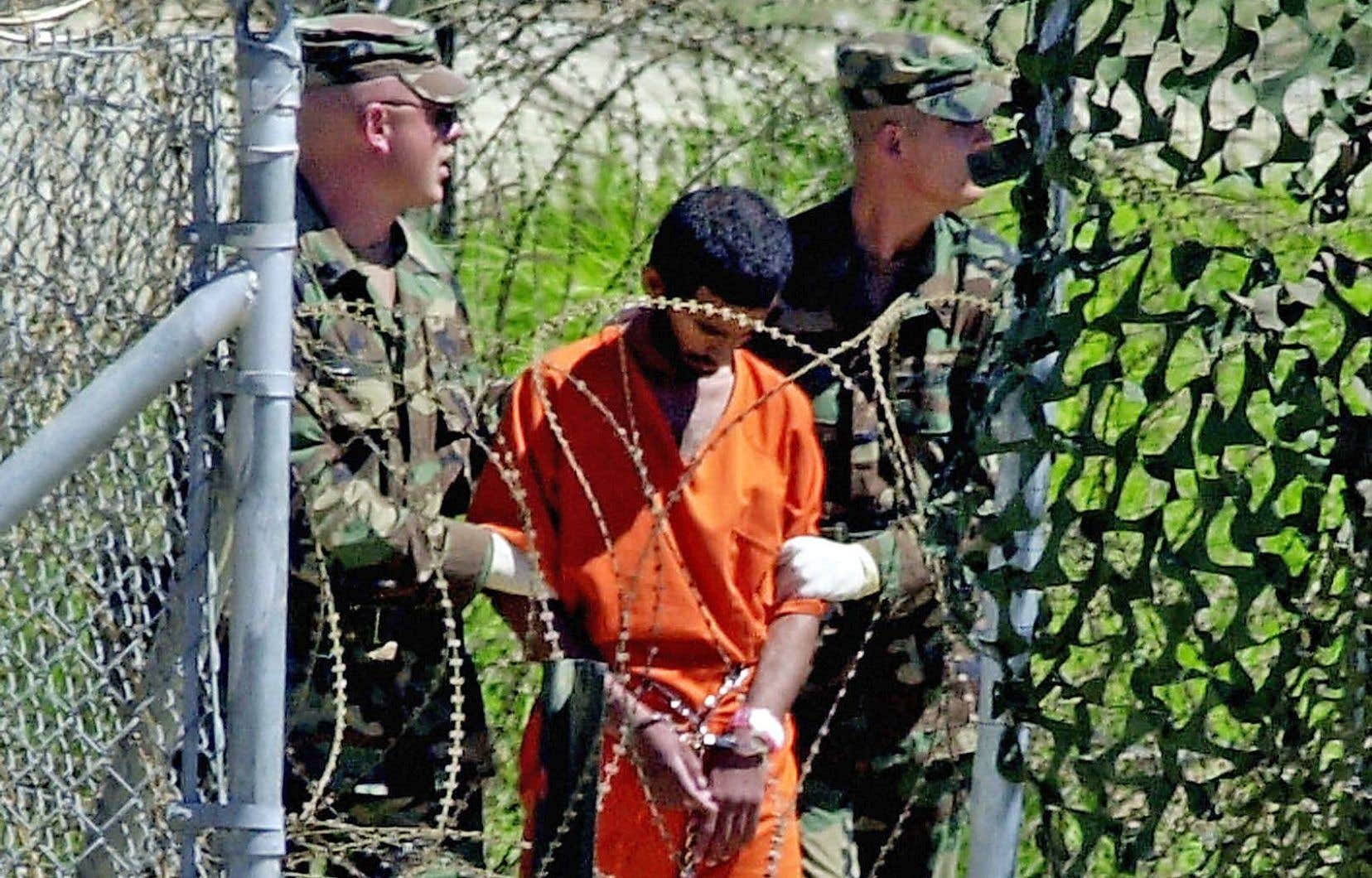 Un rapport sénatorial condamne sévèrement les «techniques d'interrogatoire renforcées» employées par la CIA après le 11-Septembre, tant sur les plans juridique et moral que du point de vue de leur efficacité. Ci-dessus, un détenu escorté par des soldats à Guantánamo en 2002.<br />