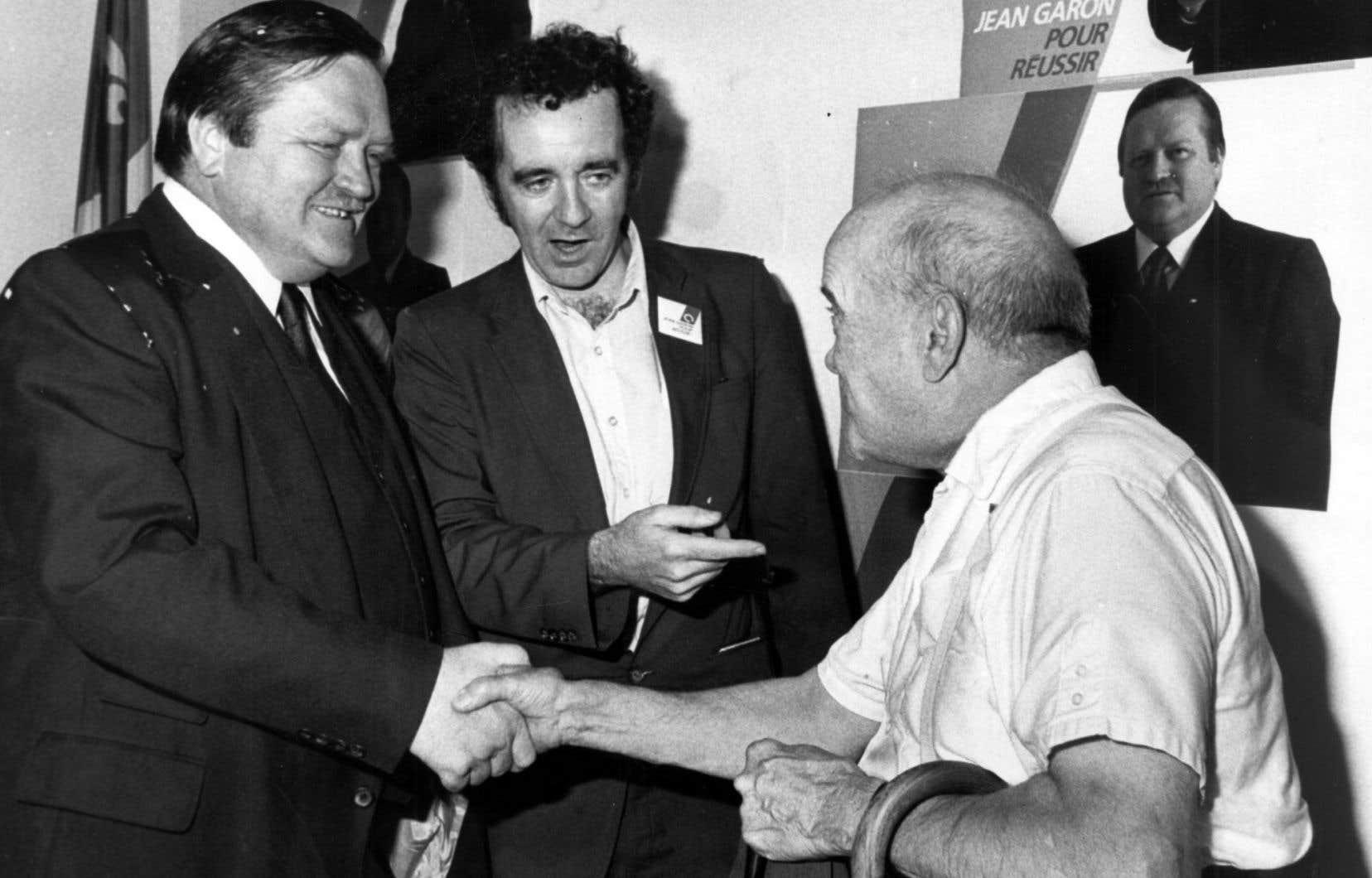 Gérald Godin, au centre, photographié en 1985 en compagnie de de son collègue Jean Garon, à gauche.
