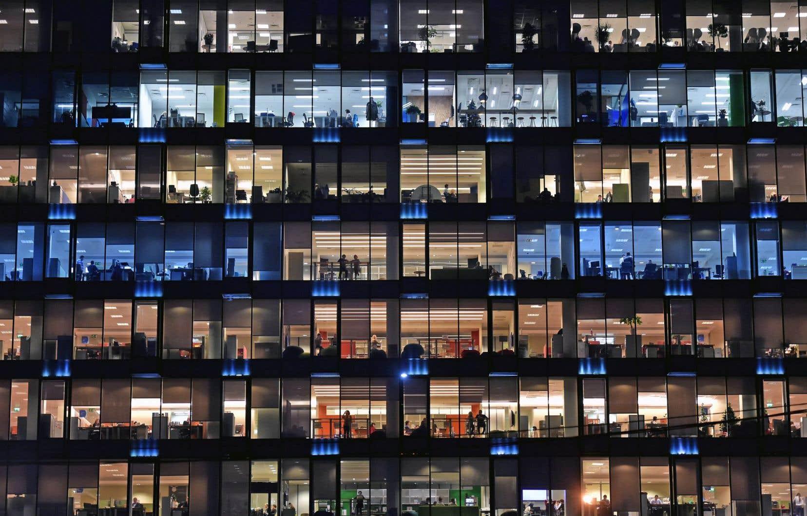 Des employés de bureau au travail dans un édifice de Moscou<br />