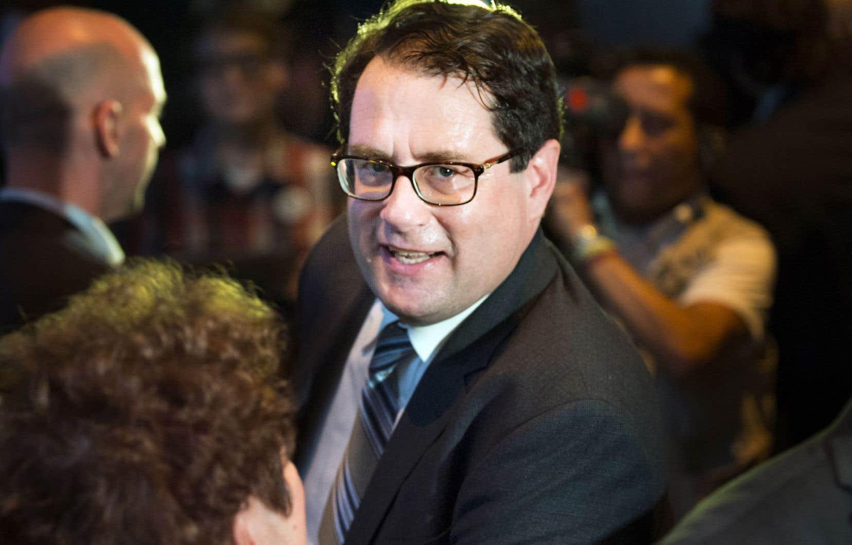 Bernard Drainville appelle Pierre Karl Péladeau à se rallier aux autres candidats, qui réclament cinq débats partout au Québec.