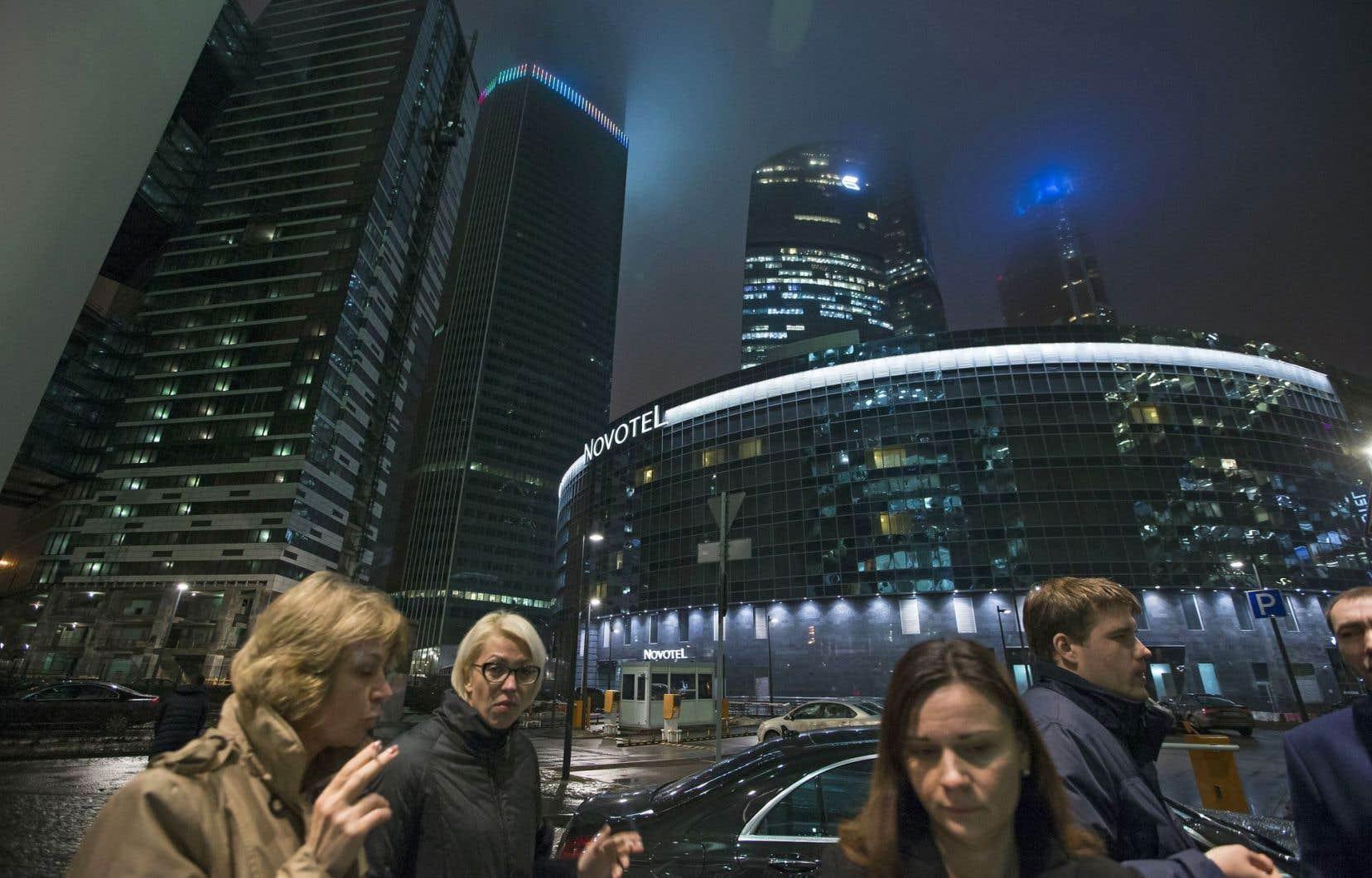 Des travailleurs dans le quartier des gratte-ciels à Moscou. Les Russes subissent les effets de l'effondrement de leur monnaie.