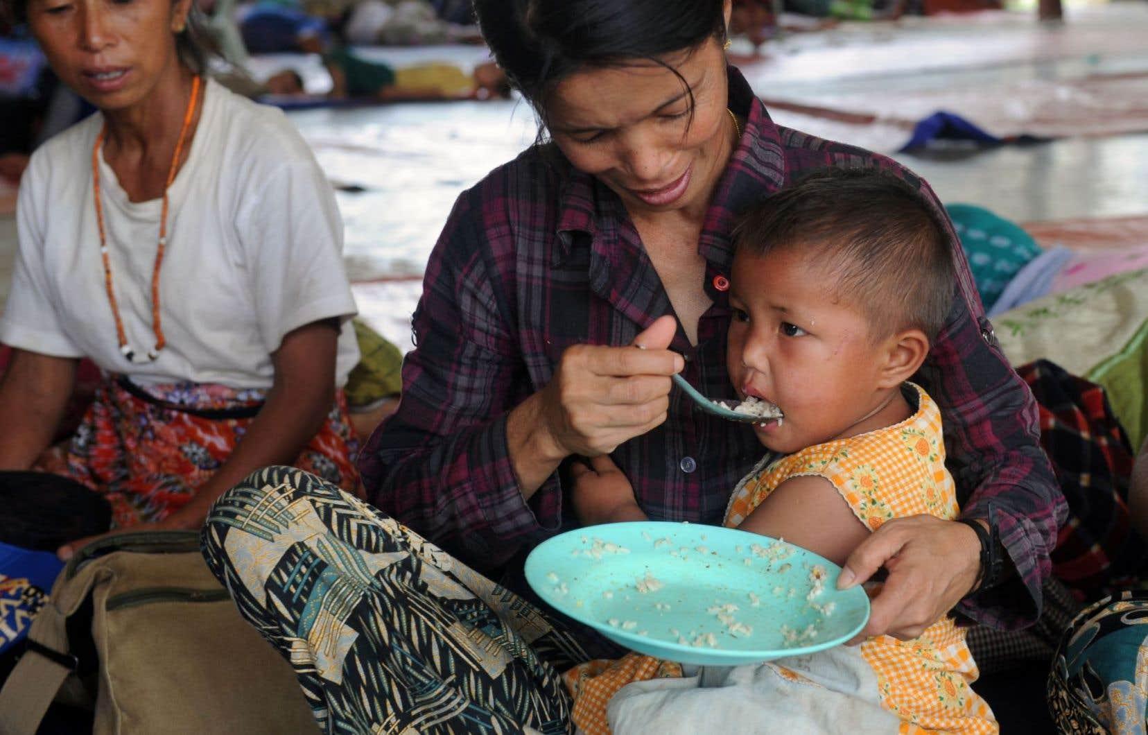 Des réfugiés dans le camp de Waingmaw, dans l'État kachin
