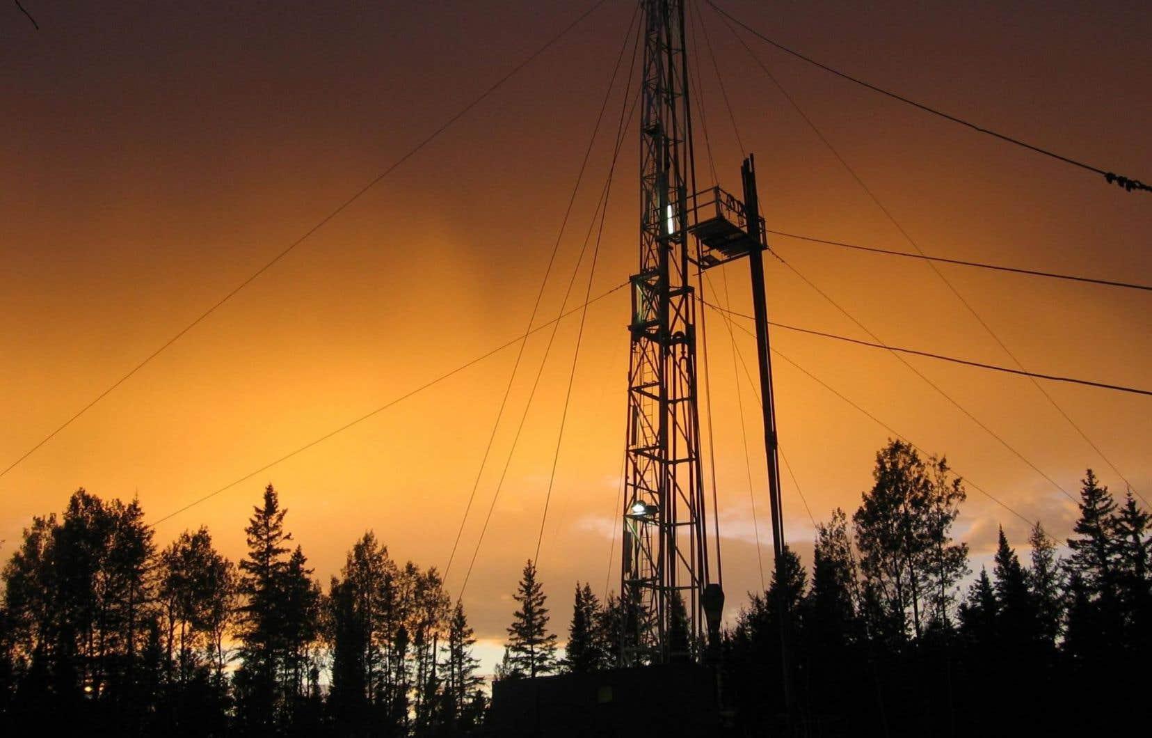 Une tour de forage de la compagnie Junex, l'une des rares entreprises québécoises œuvrant dans le secteur du gaz de schiste.