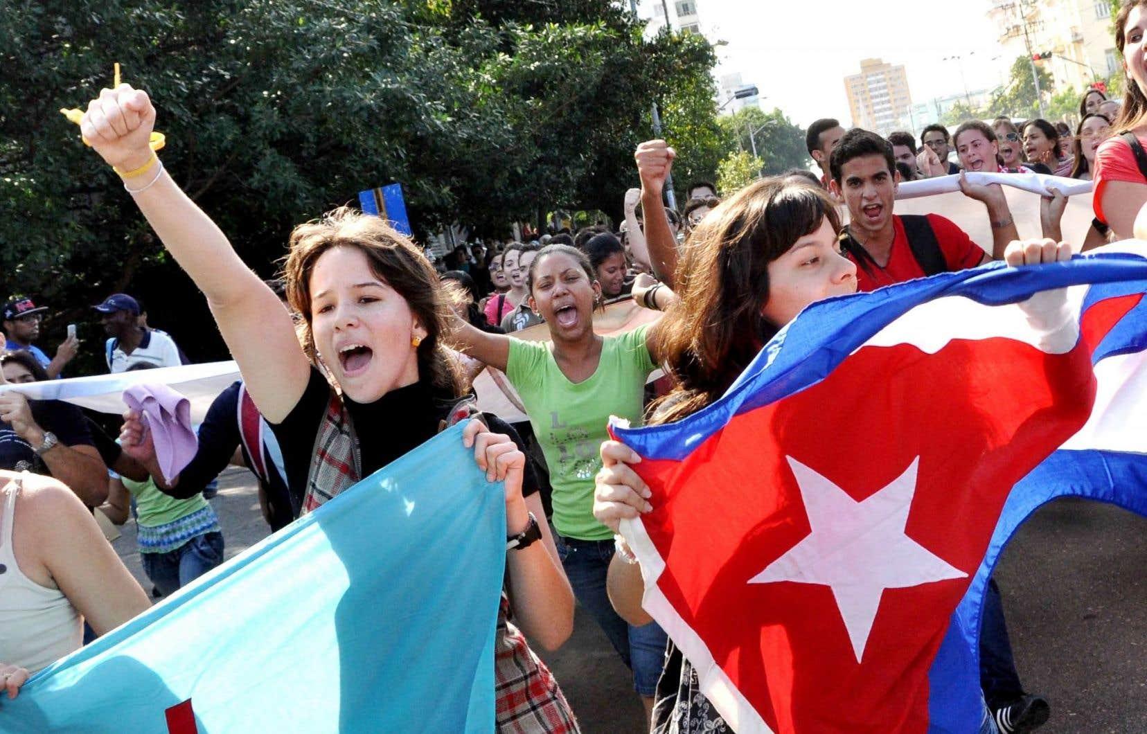 Des étudiantes et étudiants cubains sont descendus dans les rues de LaHavane mercredi à la suite de la libération de trois espions emprisonnés aux États-Unis depuis la fin des années 1990.