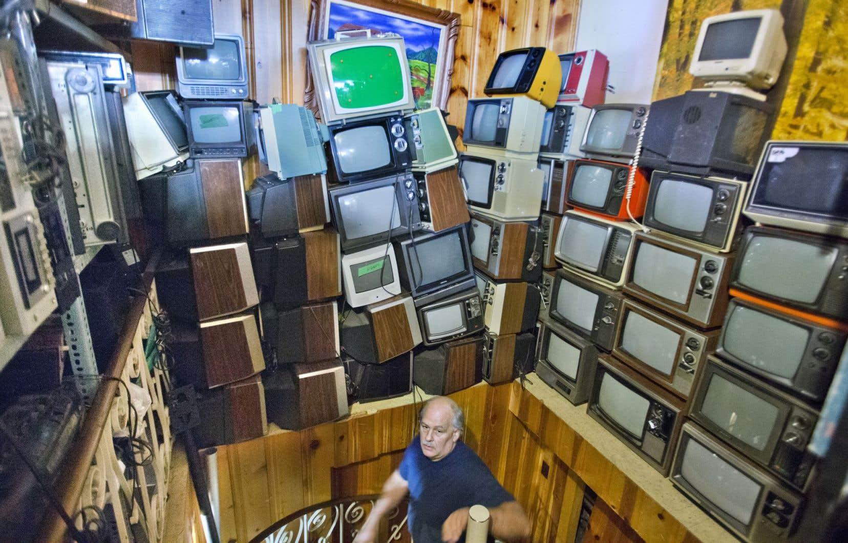 Alain Giguère, de Réal Giguère TV à Montréal, connaît par cœur tous les appareils qui peuplent le commerce fondé par son père il y a plus de 60 ans.
