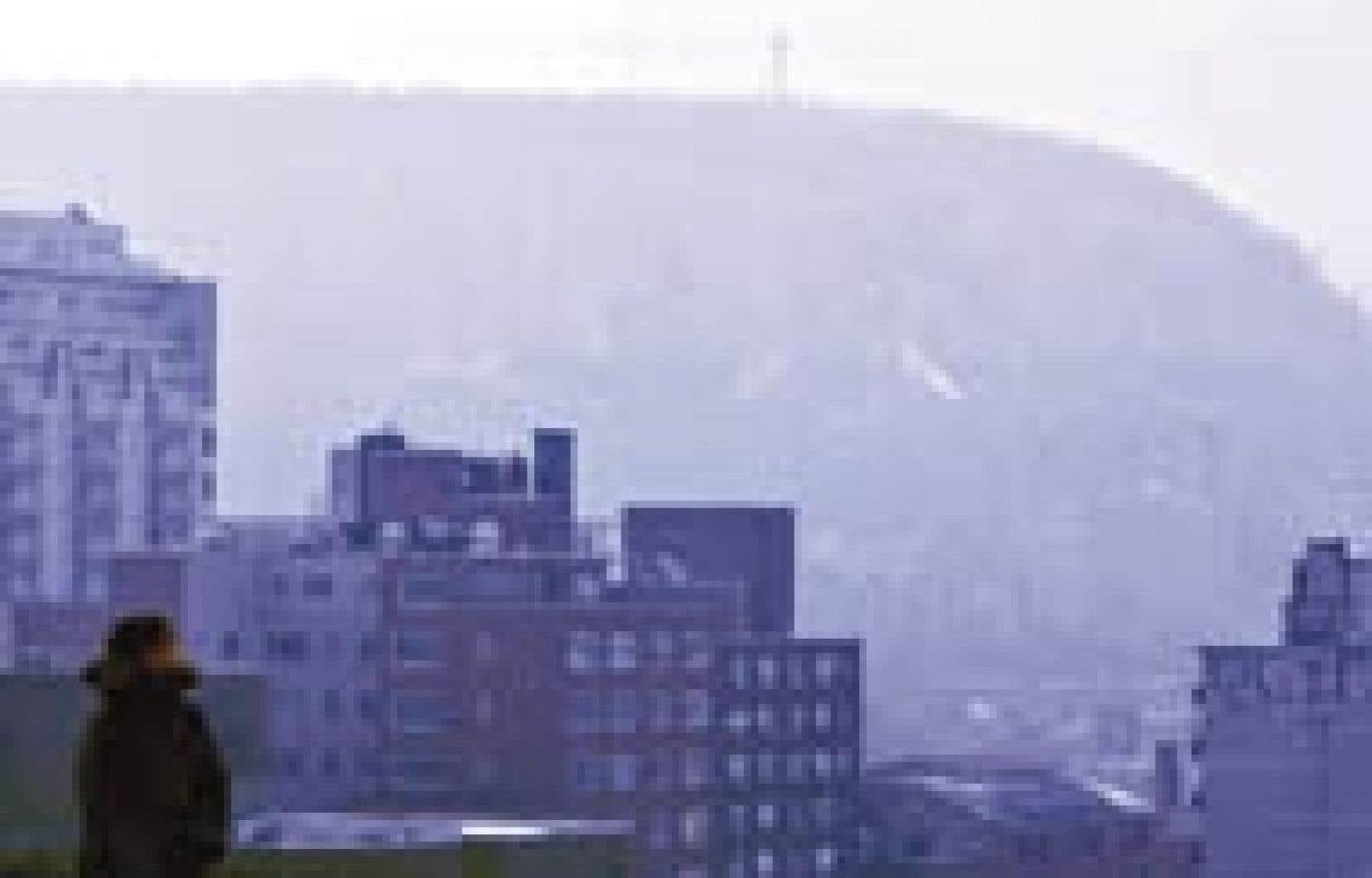 Le mont Royal, vu à partir du centre-ville hier après-midi, montrait une silhouette vaporeuse à travers une épaisse couche de smog.