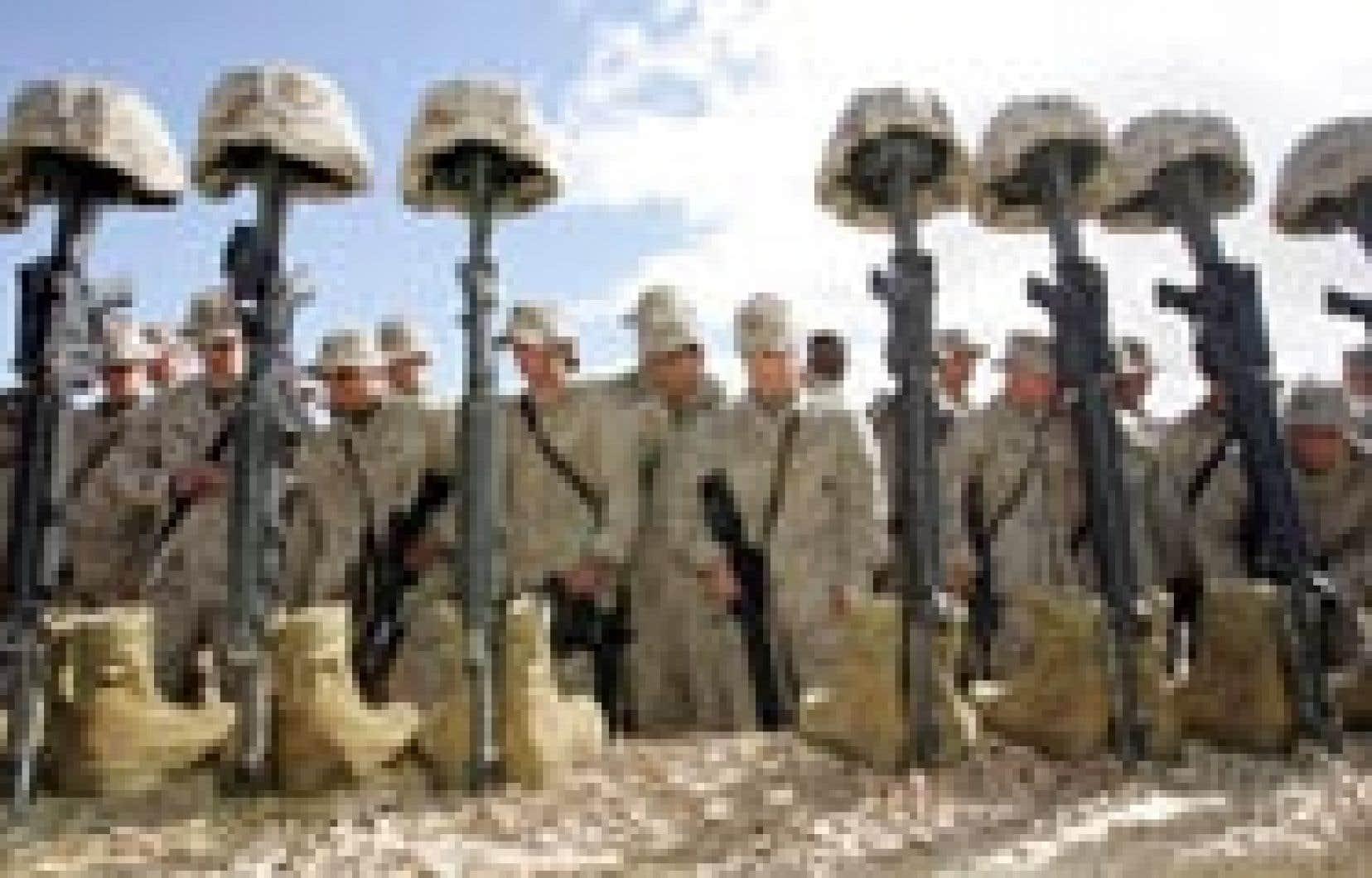 Pendant que les tractations politiques s'intensifiaient hier en Irak, des soldats américains ont honoré la mémoire de 31 des leurs morts dans l'écrasement d'un hélicoptère.