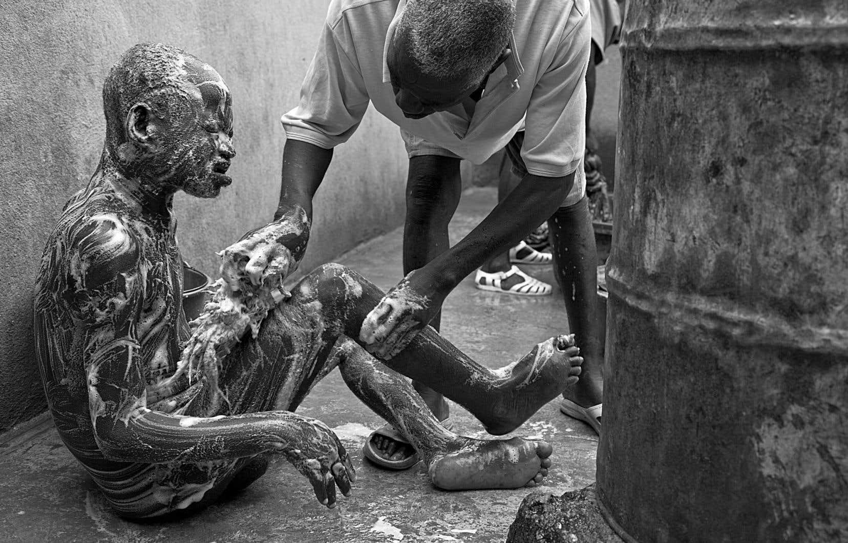 La douche et le savonnage, première étape vers la dignité. Des bénévoles de l'extérieur ou des patients dont la maladie est bien contrôlée accompagnent les plus vulnérables dans leur rituel d'hygiène.
