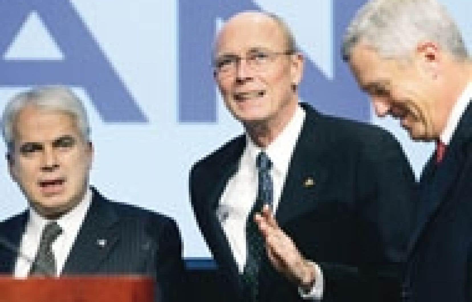 Le président d'Alcan, Travis Engen, entouré du secrétaire de l'assemblée, Roy Millington, et du président désigné de Novelis, Brian Sturgell.