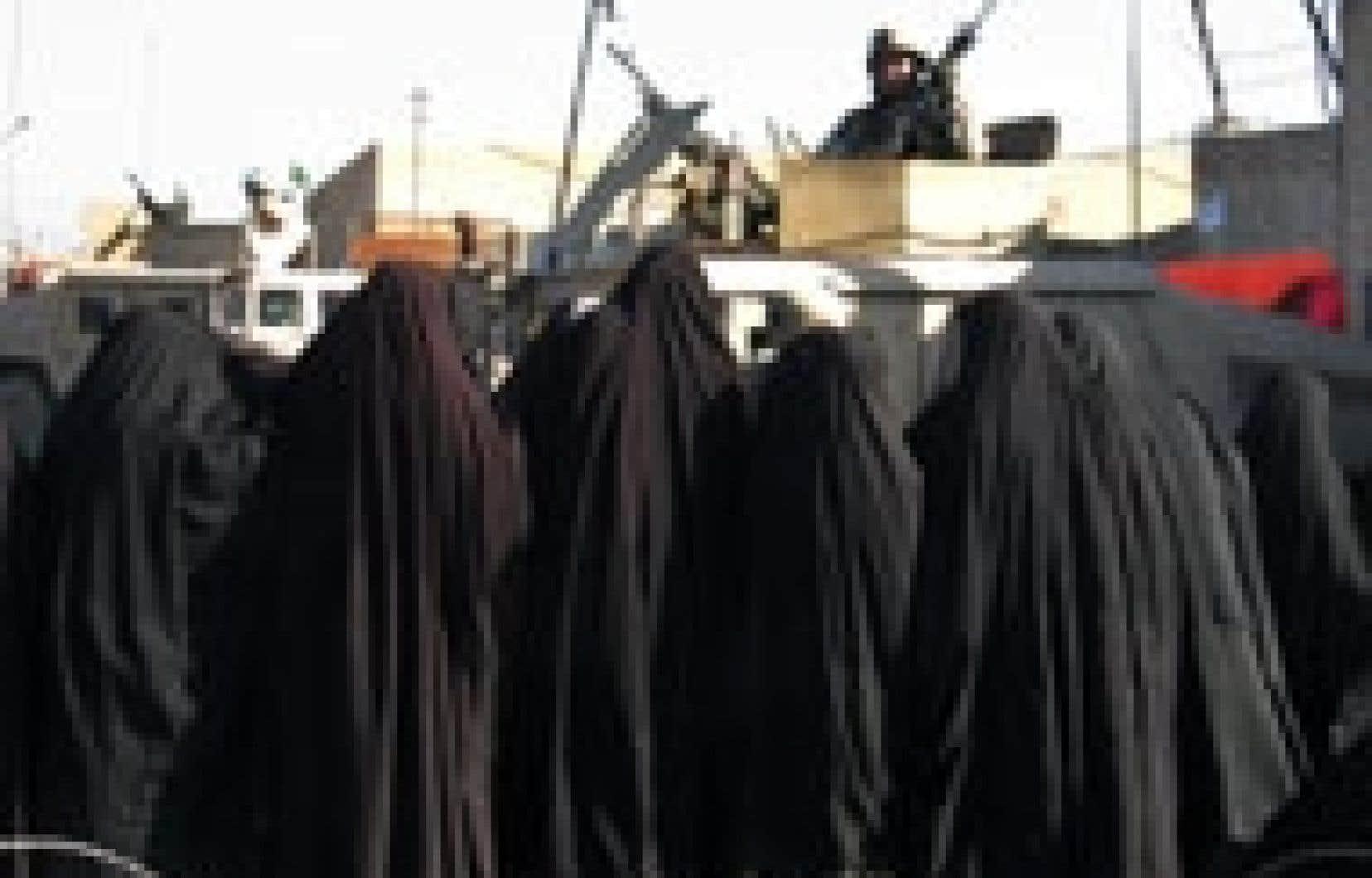 Des Irakiennes attendaient hier de pouvoir se procurer un peu d'essence.