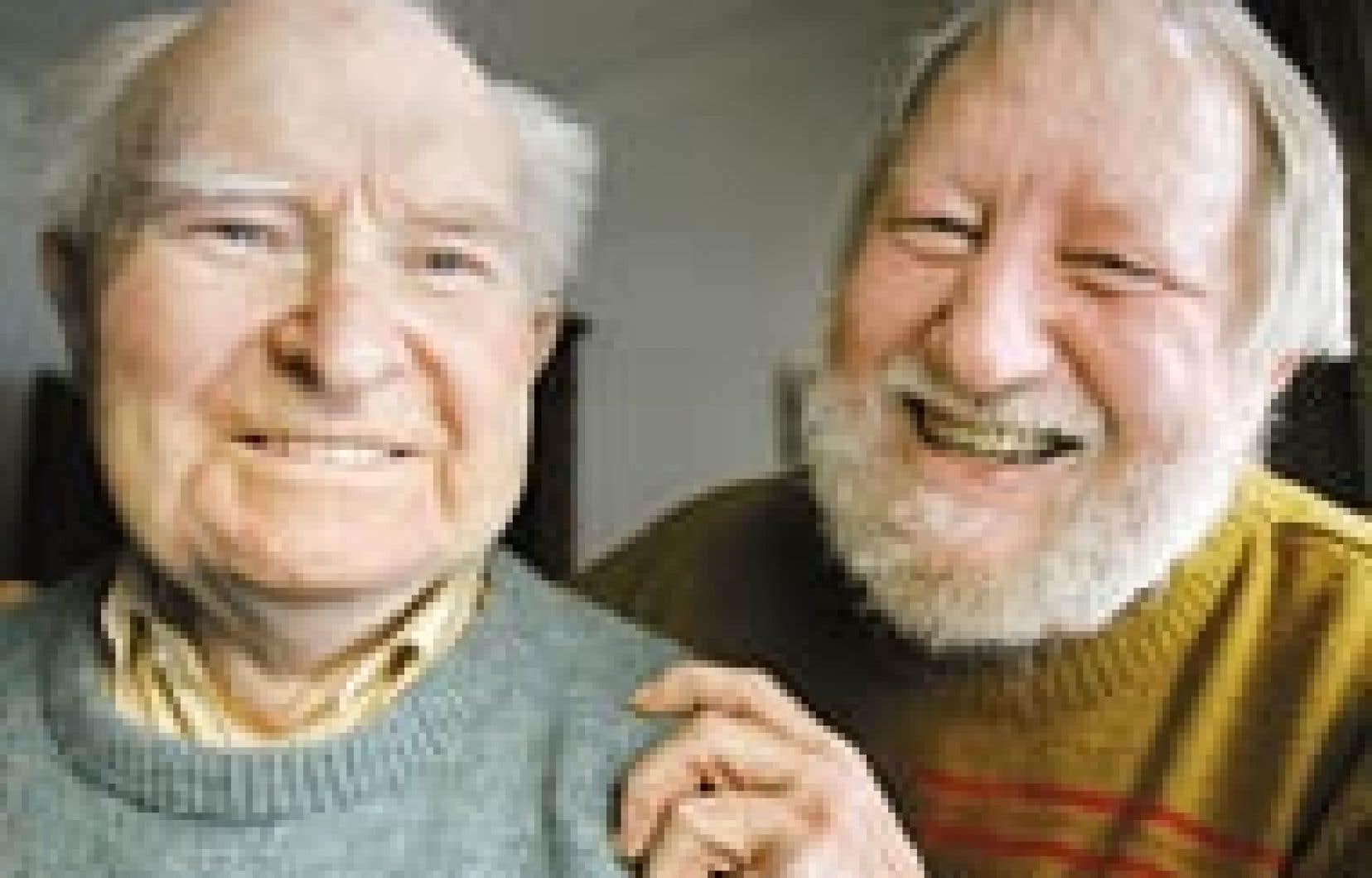 Charles Gutknecht en compagnie de son père, David, un nonagénaire à l'esprit vif avec qui il vit, ce qui lui vaut une pénalité de 100 $ sur son chèque mensuel d'aide sociale.