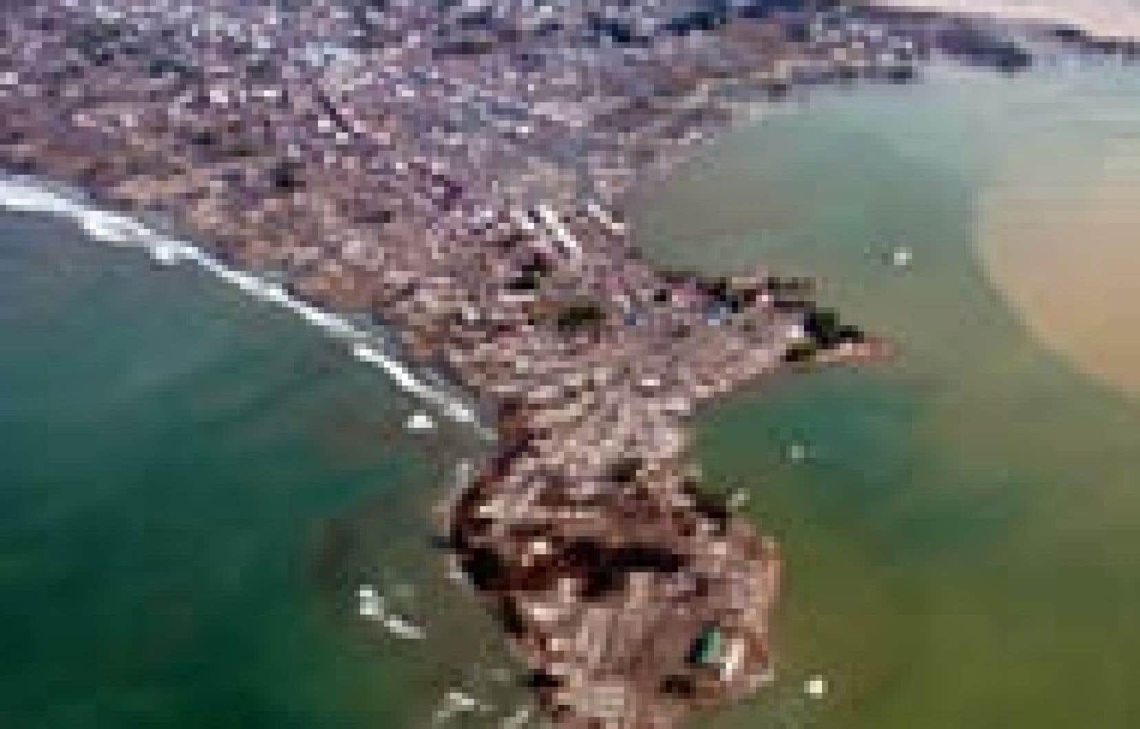 Une vue aérienne de Meulaboh, dans la province indonésienne d'Aceh, après les tsunamis qui ont submergé et détruit une partie de la ville.