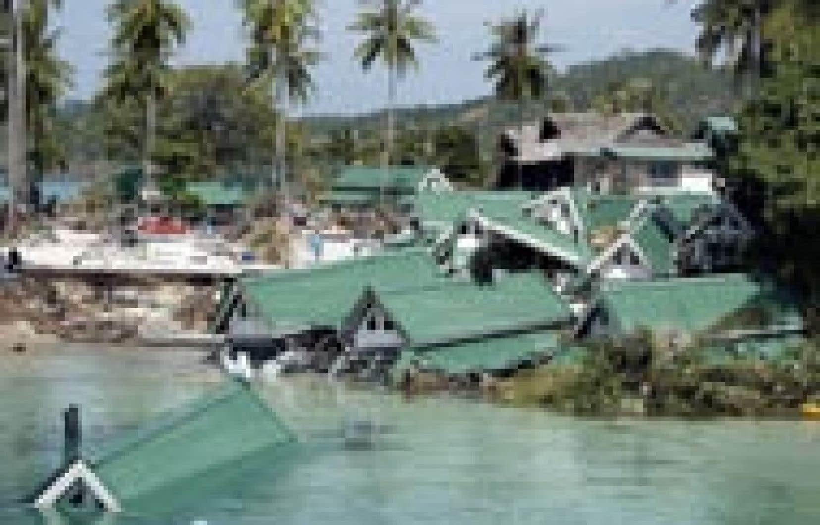 Des habitations d'une station balnéaire dans la baie de Ton Sai, en Thaïlande, se sont écroulées dans l'eau à la suite des tsunamis.