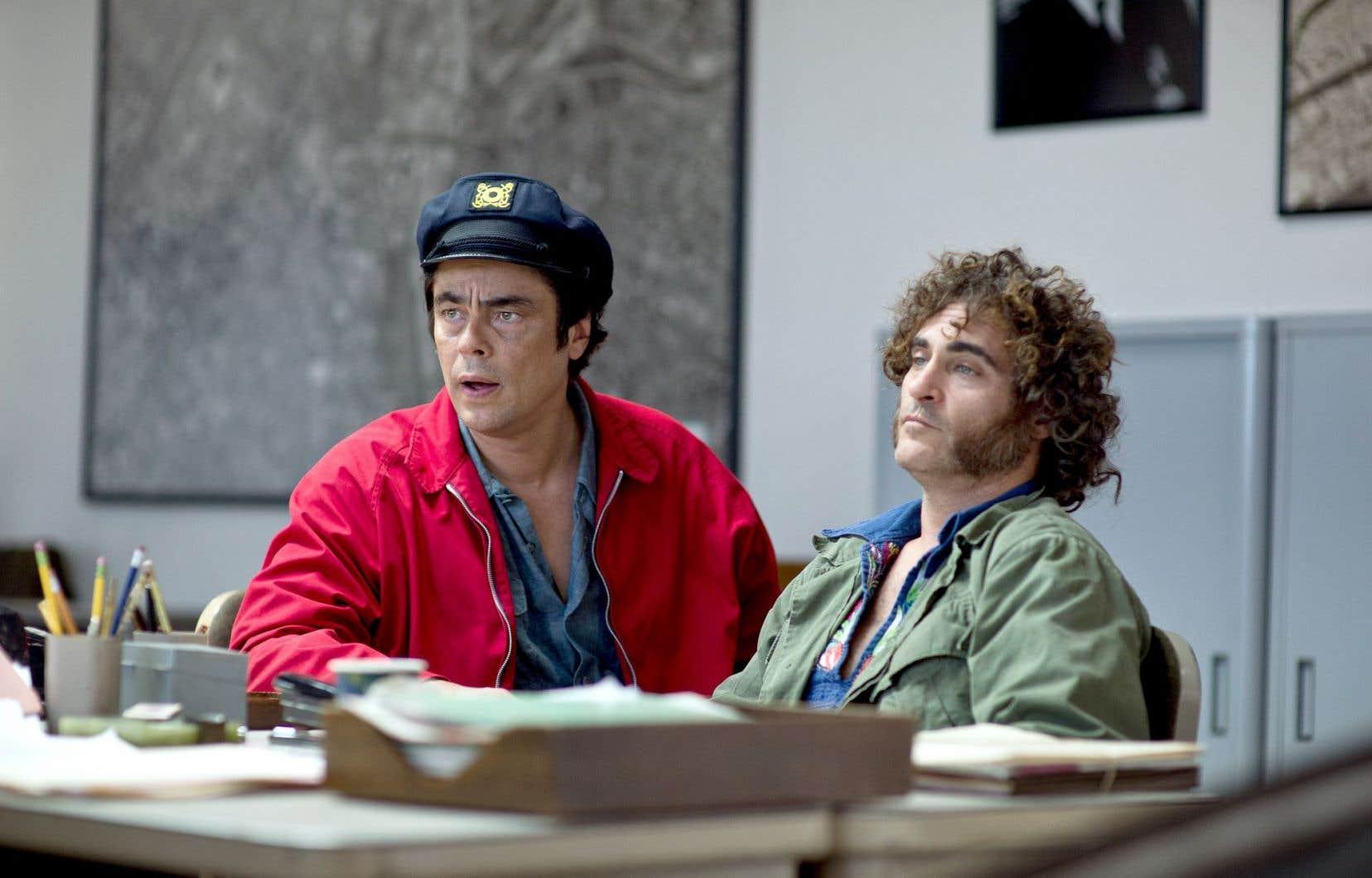 Campée dans le Los Angeles «peace and love» de 1970, l'intrigue met en scène un détective privé bien particulier: Larry «Doc» Sportello, interprété par un Joaquin Phoenix fabuleusement naturel (à droite), ici avec Benicio del Toro.