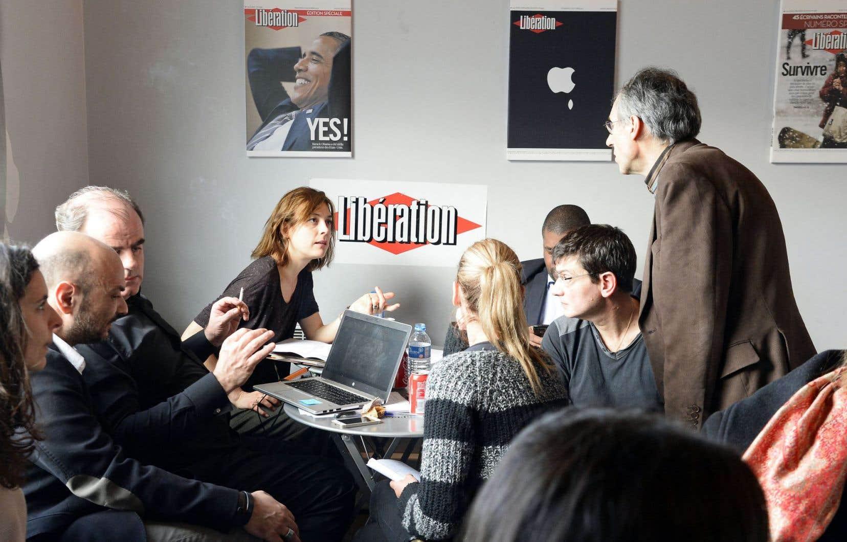 Le rédacteur en chef de Charlie Hebdo, Gérard Biard (debout à droite), a réuni l'équipe éditoriale pour la première conférence de rédaction depuis le drame. Une édition de l'hebdomadaire devrait paraître mercredi prochain.