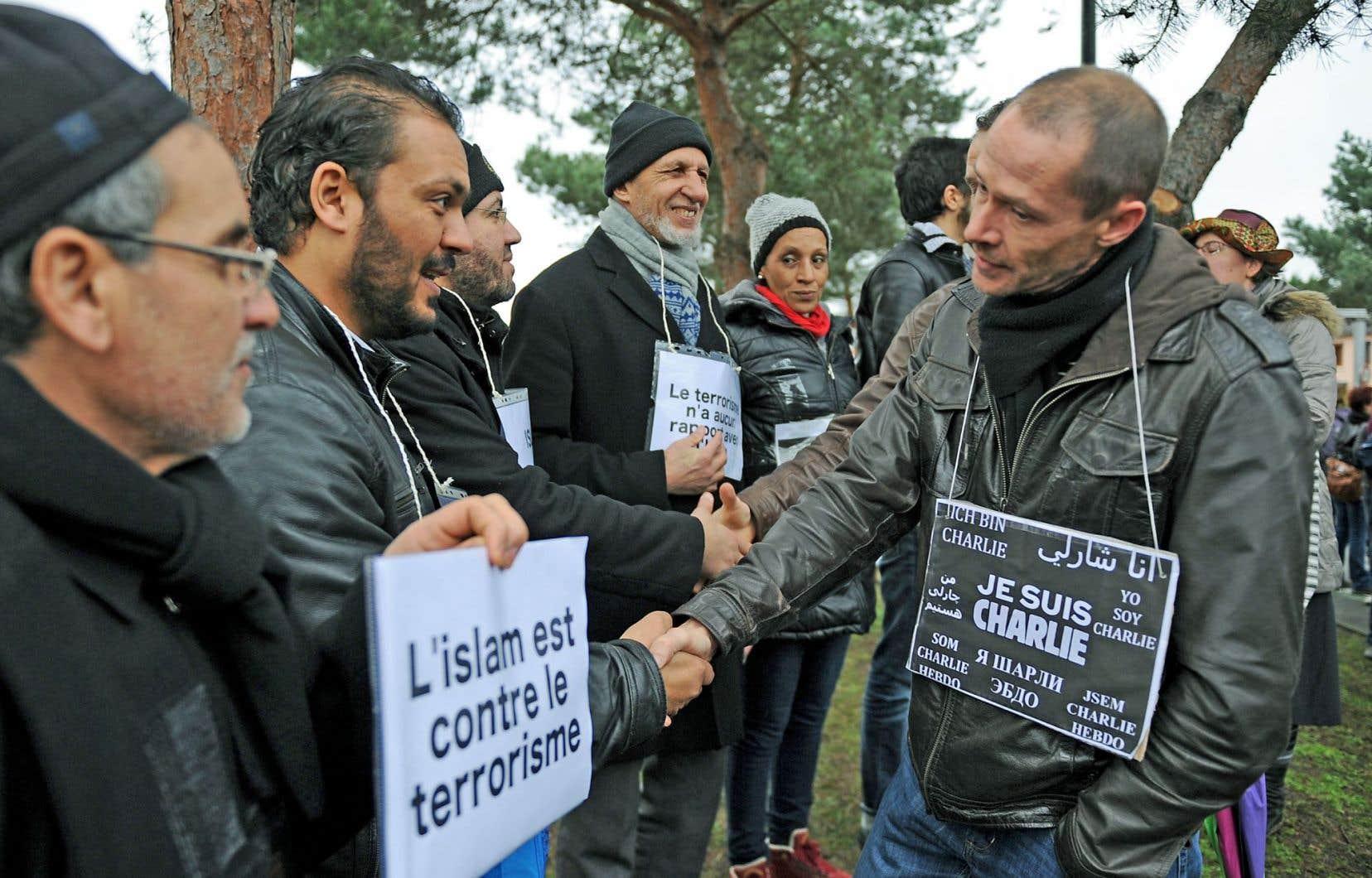 Manifestation de musulmans pour dénoncer les attaques terroristes devant une mosquée duMans