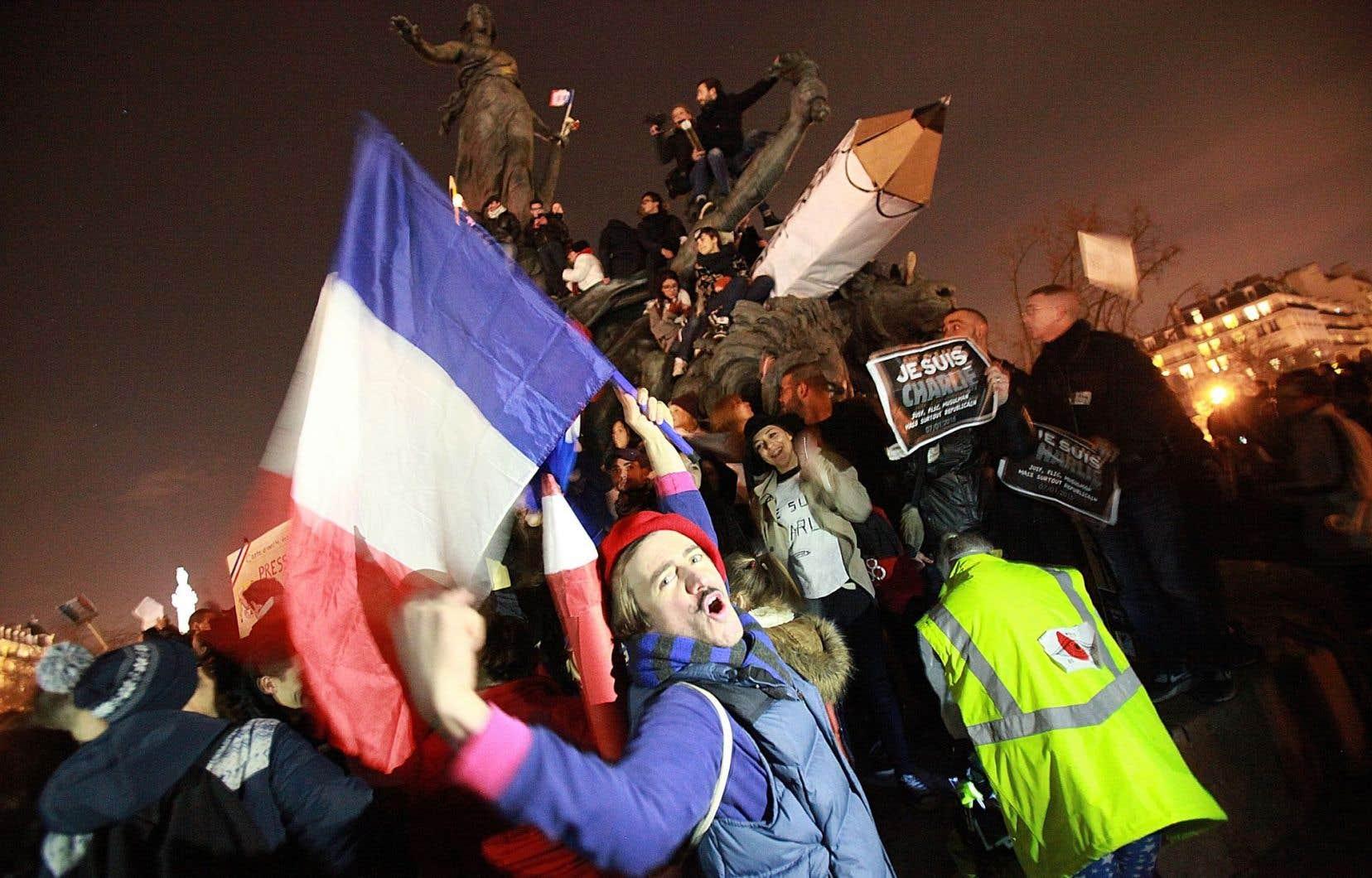 À Paris, les manifestants se sont réunis place de la République, certains prenant d'assaut le monument représentant Marianne.