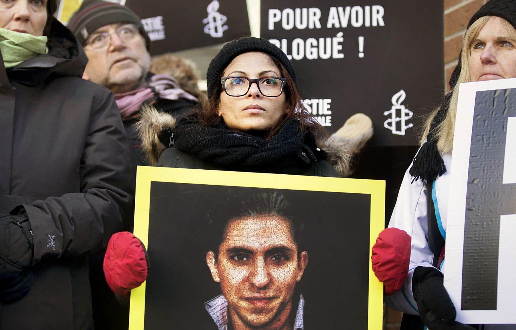 À Montréal, des dizaines de personnes, dont la conjointe de Raif Badawi qui habite Sherbrooke avec leurs enfants, ont manifesté pour réclamer la libération du blogueur des geôles saoudiennes.