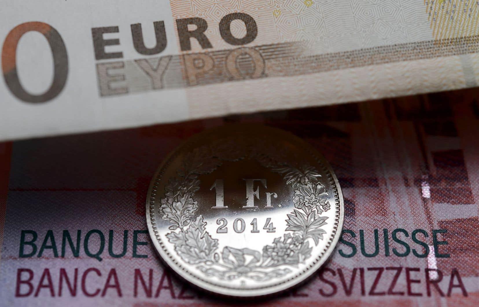 Depuis septembre 2011, la Banque centrale de Suisse avait établi un «cours plancher» pour éviter que le franc suisse s'apprécie trop fortement par rapport à l'euro.
