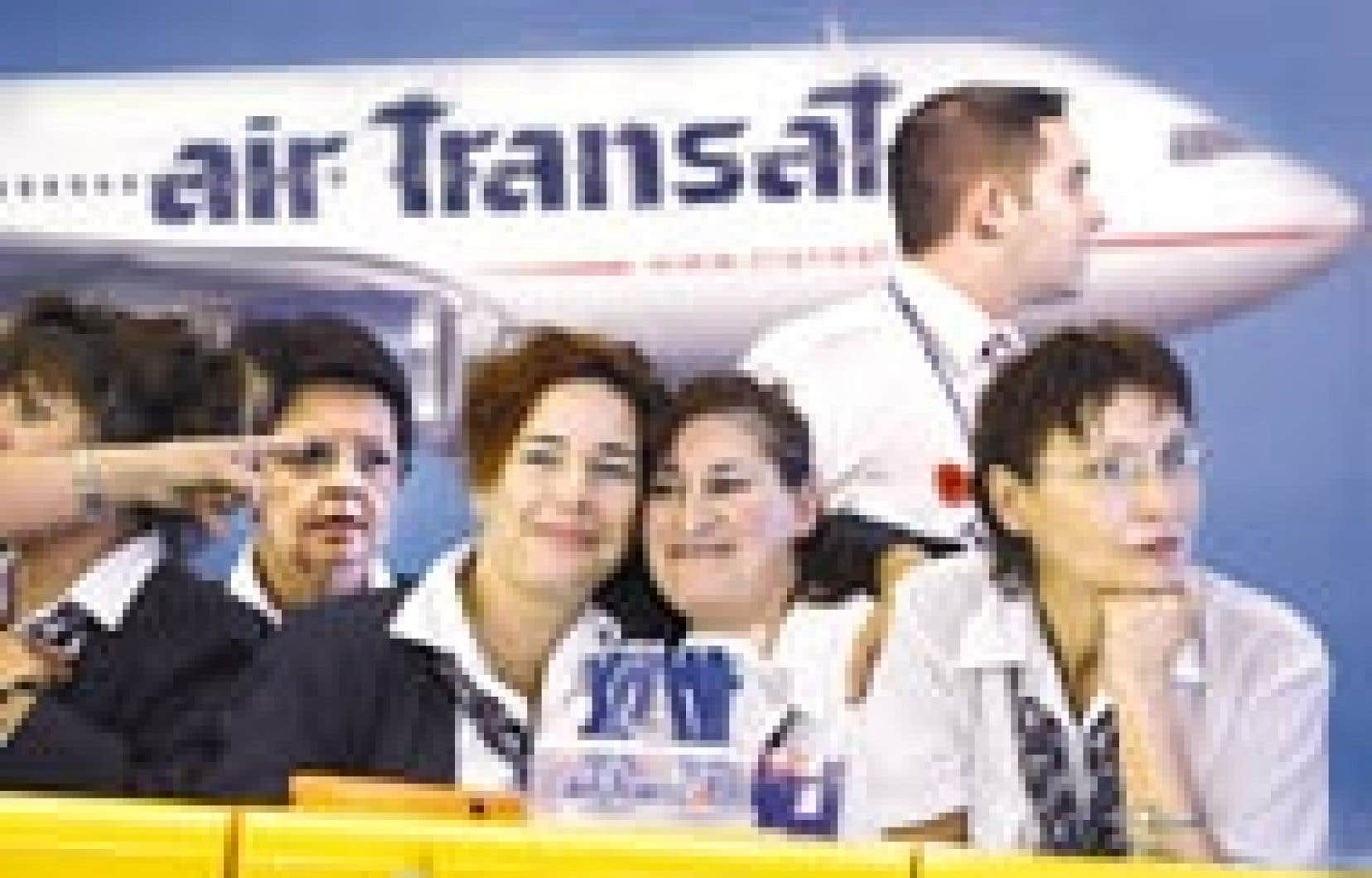 Des employées d'Air Transat lors de leur dernière journée de travail, hier, à Mirabel. À 20h55, elles sont descendues sur la piste de décollage pour saluer l'ultime vol de passagers, le TS-710, à destination de Paris.