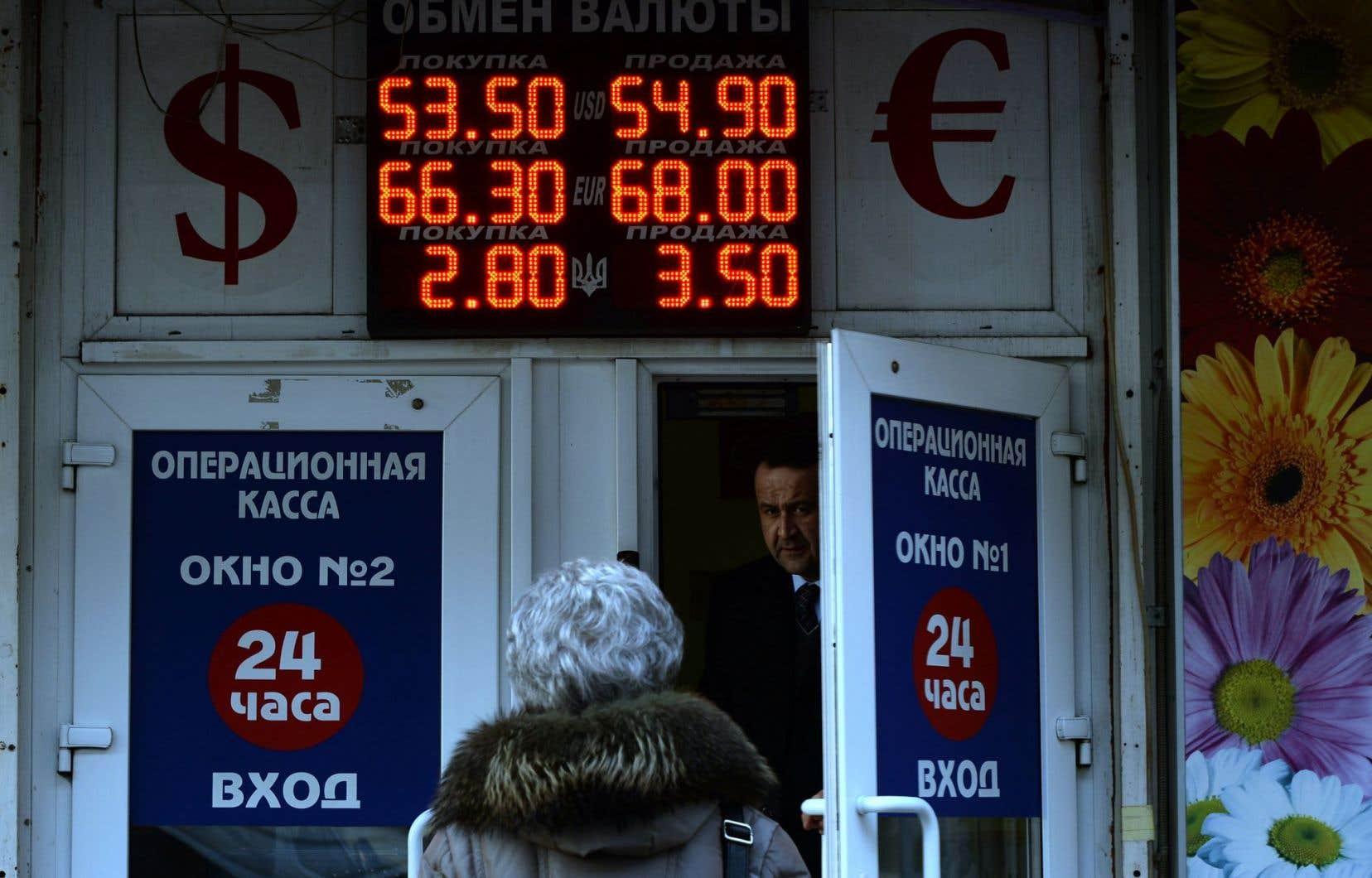 La chute du rouble a amené beaucoup de Russes à convertir leur monnaie.