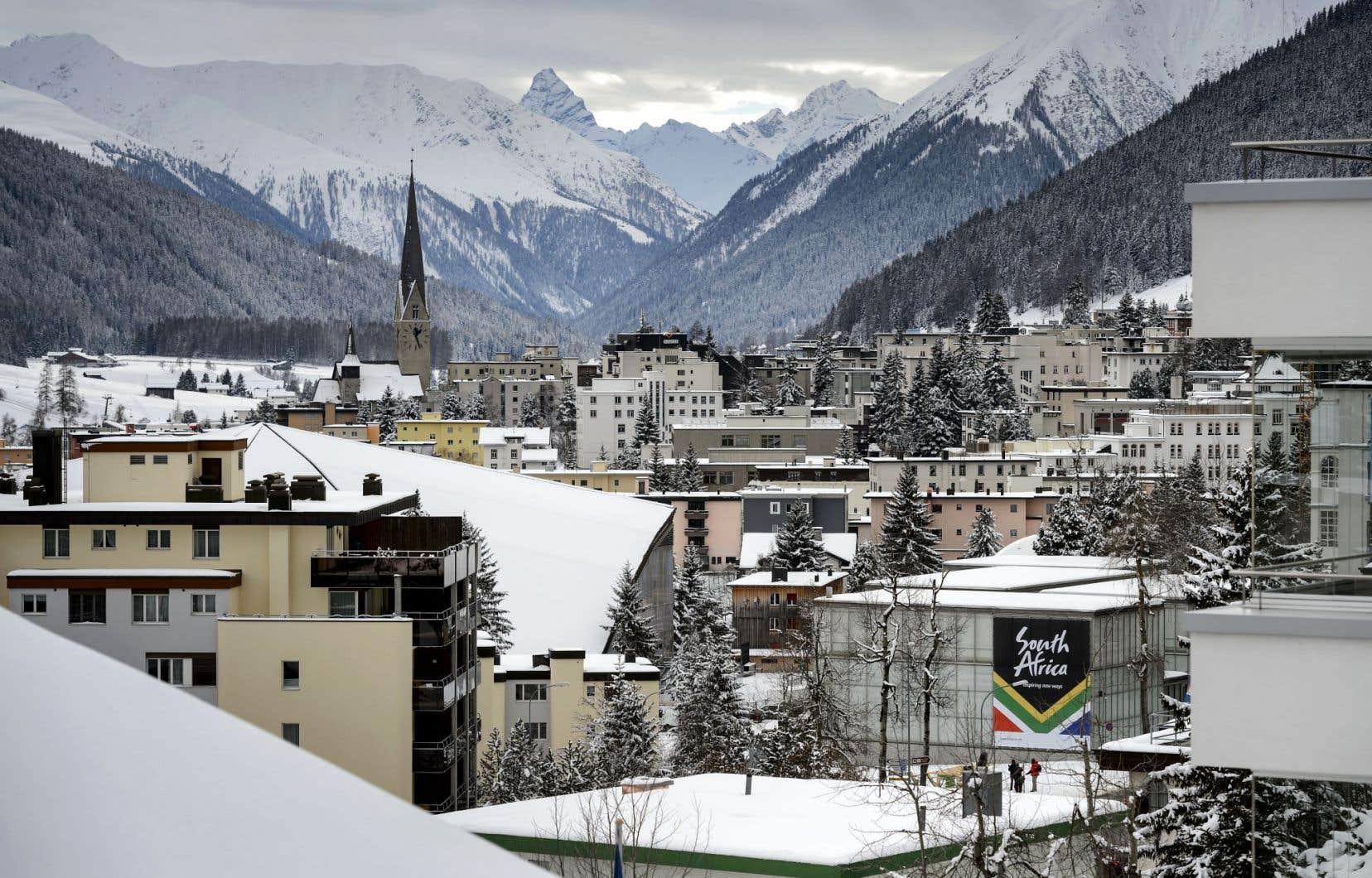 Station touristique de luxe pour gens fortunés, Davos coûtera encore plus cher à ceux qui la fréquenteront au cours des prochains jours à l'occasion du Forum économique qui porte son nom, à cause de la flambée du franc suisse: l'agence Bloomberg a calculé qu'une bouteille de Dom Pérignon se détaillera 475$ à l'hôtel Seehof, l'un des meilleurs quatre-étoiles de la ville.