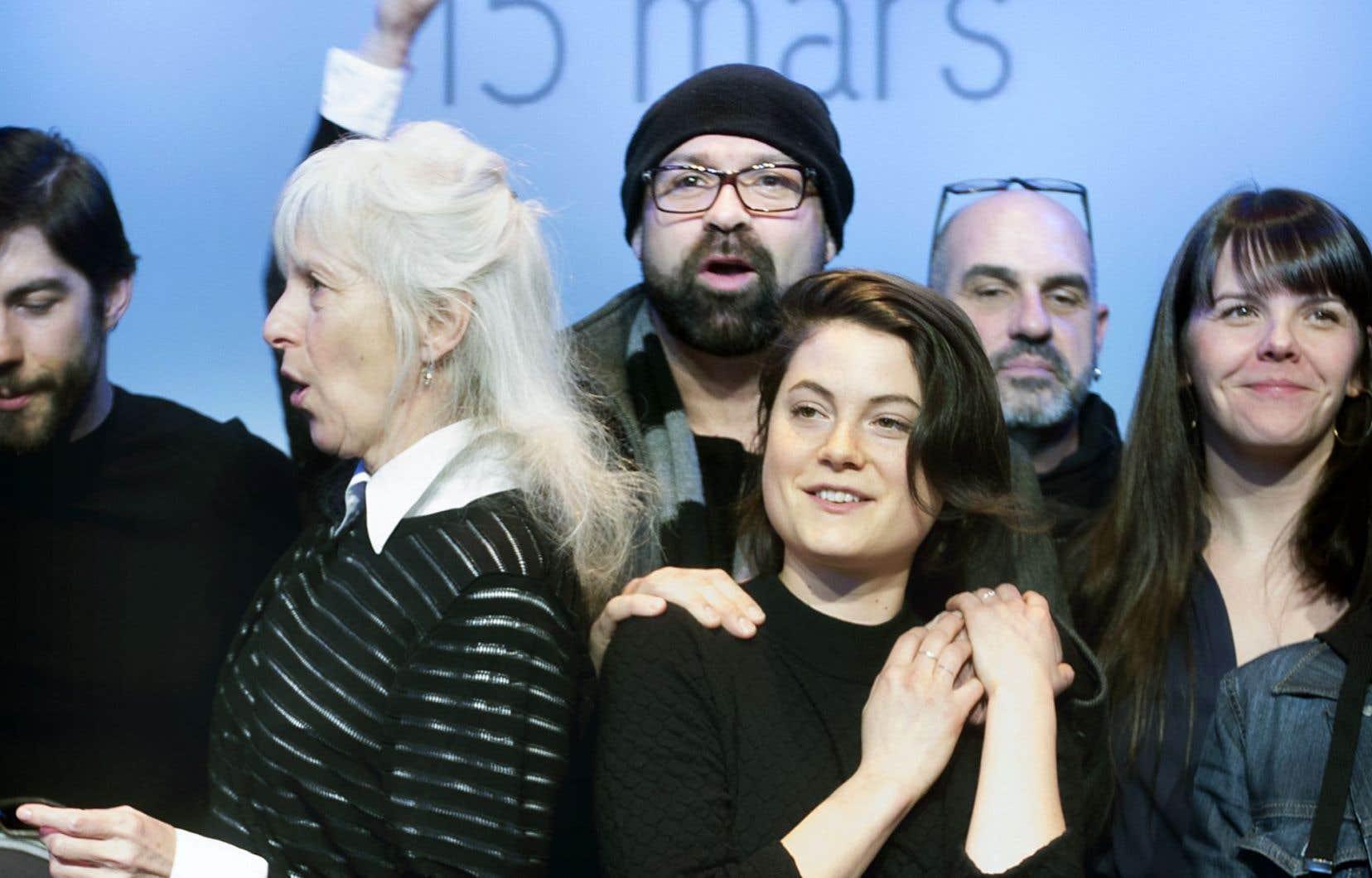 La tuque sur la tête, le cinéaste Ricardo Trogi félicite Julianne Côté, que l'on peut voir dans Tu dors Nicole, de Stéphane Lafleur, qui récolte neuf nominations à la prochaine cérémonie des Jutra.