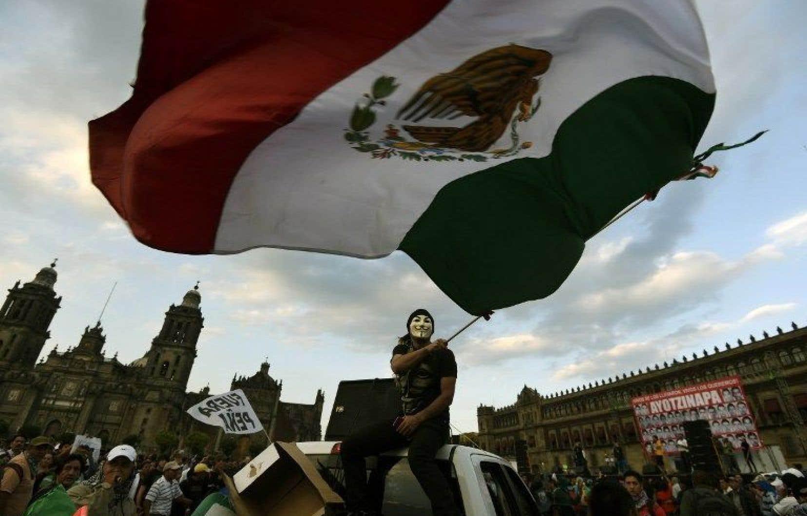 Les parents des victimes, qui ont manifesté lundi avec plusieurs milliers de personnes à Mexico, refusent d'accepter le scénario présenté par les autorités judiciaires.<br />