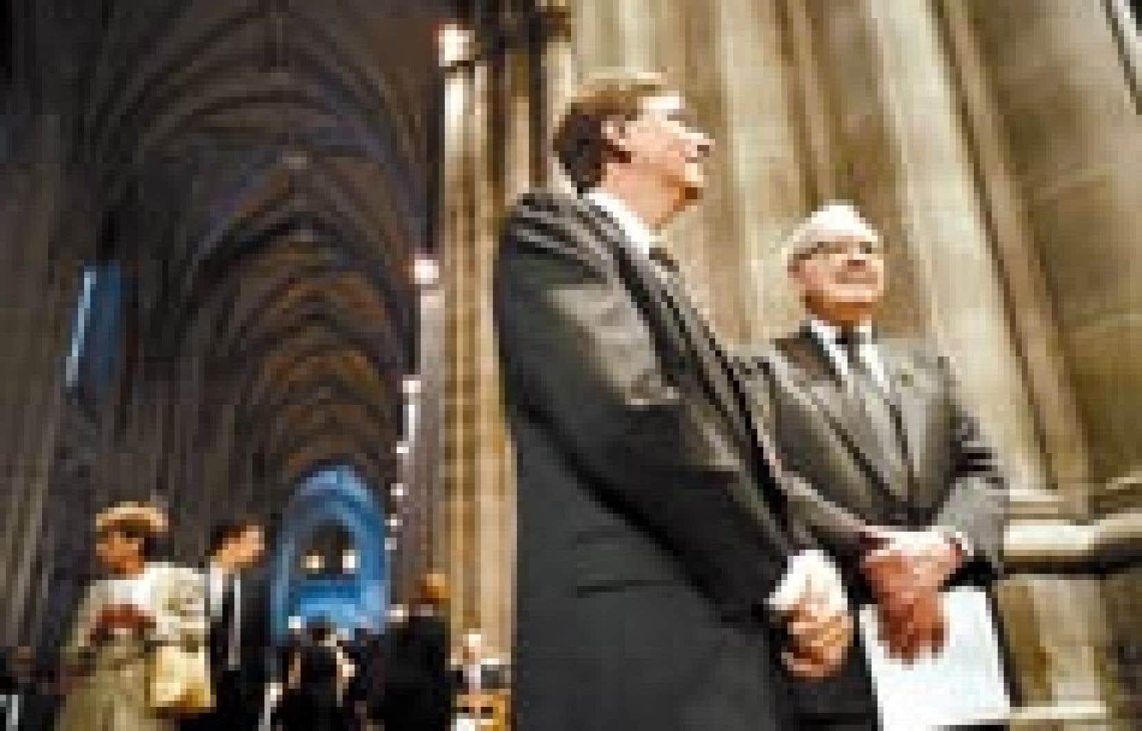 Bill Gates et Warren Buffet ont régulièrement l'occasion de se rencontrer, comme ici lors des funérailles d'une journaliste politique influente. Les deux hommes sont les deux plus riches des États-Unis, avec des fortunes personnelles estimées à