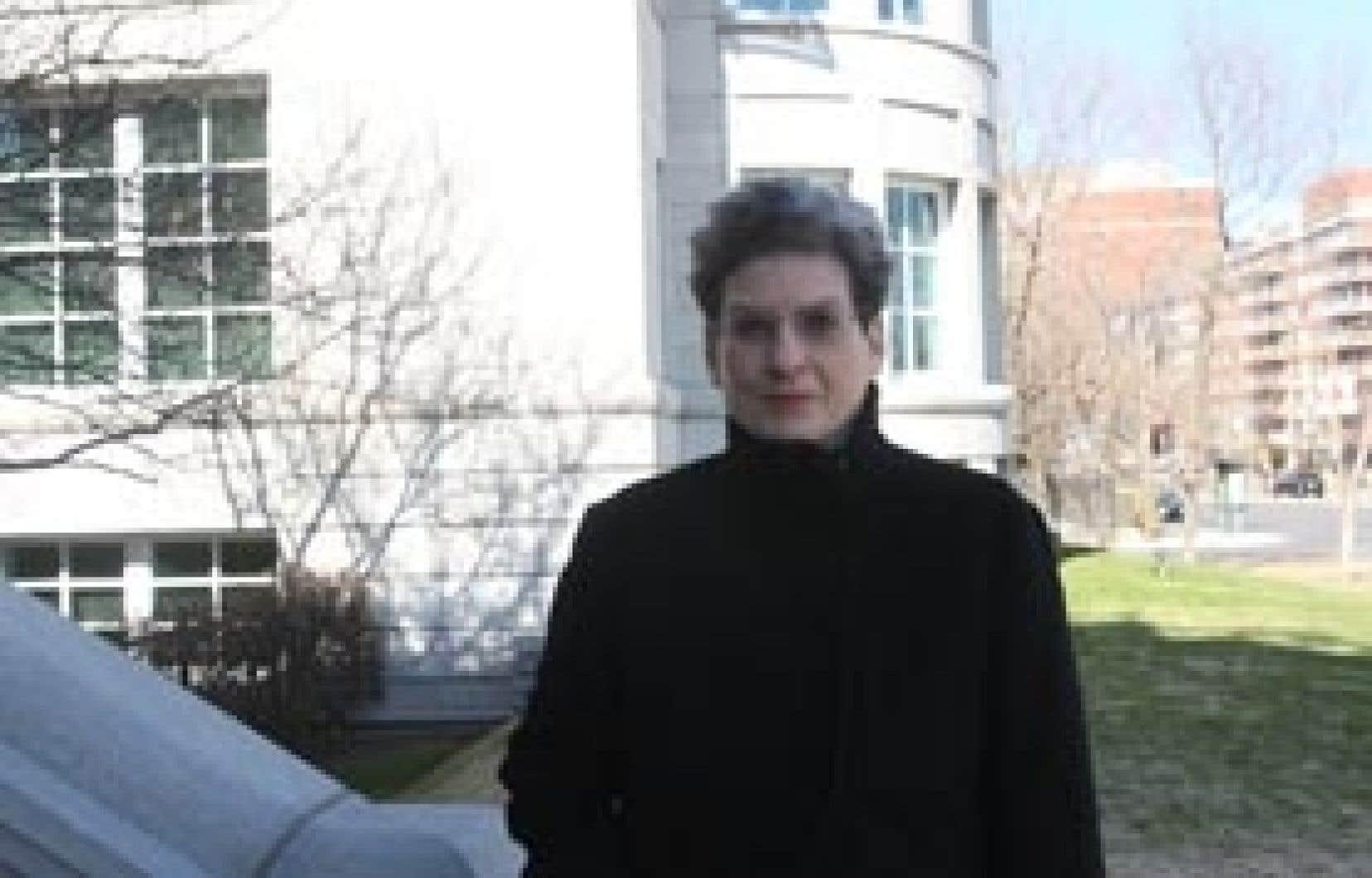Phyllis Lambert devant le Centre canadien d'architecture