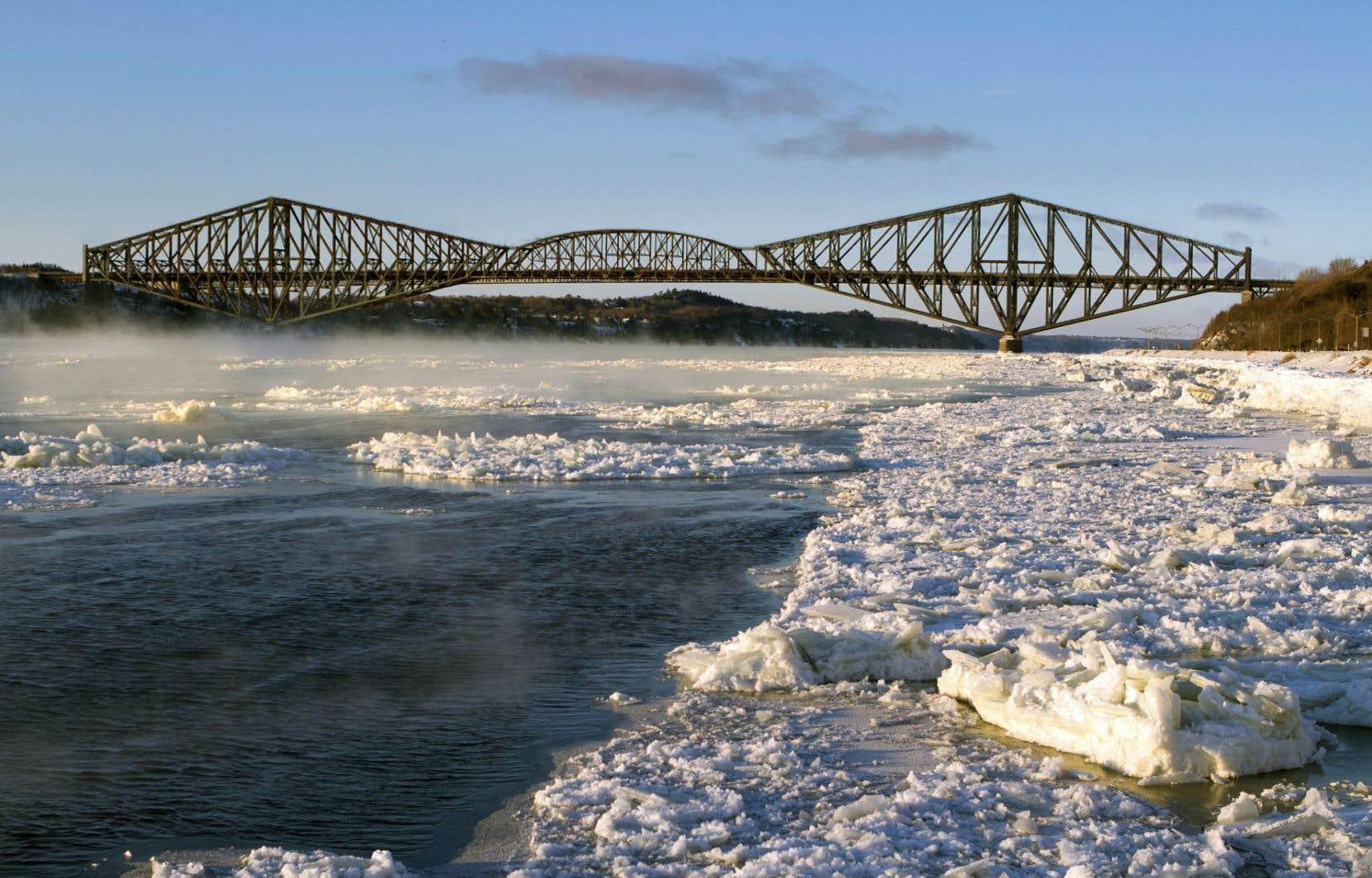 Québec et Lévis demandent à la compagnie propriétaire du pont de repeindre la vieille structure dont l'enveloppe croule sous la rouille.