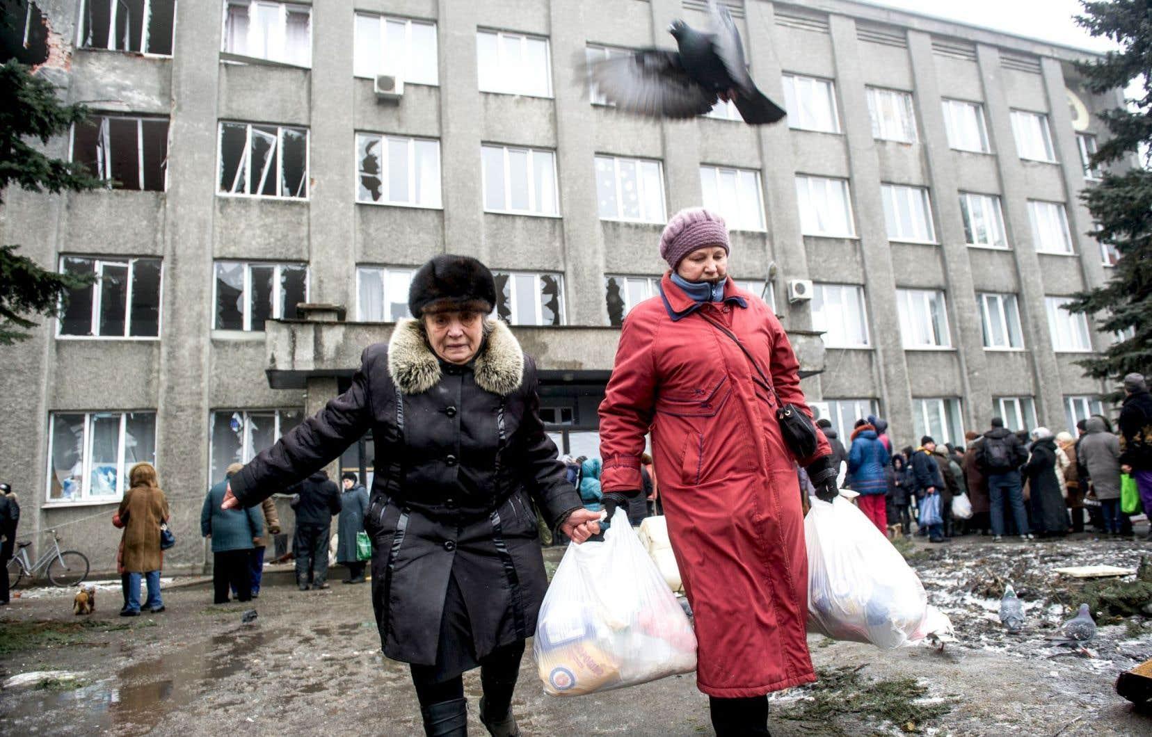 Dans la ville de Debaltseve, dans l'est de l'Ukraine, la situation est critique. Une trêve de quelques heures y a été conclue pour permettre l'évacuation de civils et la distribution de denrées par l'aide humanitaire, pour lesquelles les gens faisaient la file, vendredi.