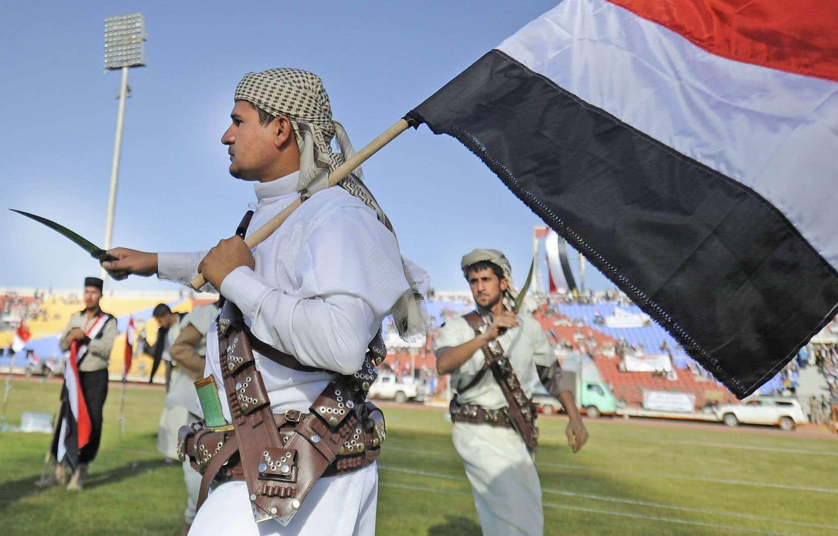 Les partisans des Houthis exécutaient une danse avec des poignards traditionnels, lors d'un rassemblement de soutien à Sanaa, samedi.
