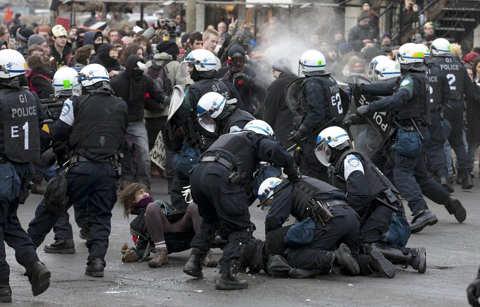 Près de 300 personnes ont été arrêtées le 22 mars 2013 lors de la marche soulignant le premier anniversaire de la manifestation monstre contre la hausse des droits de scolarité.