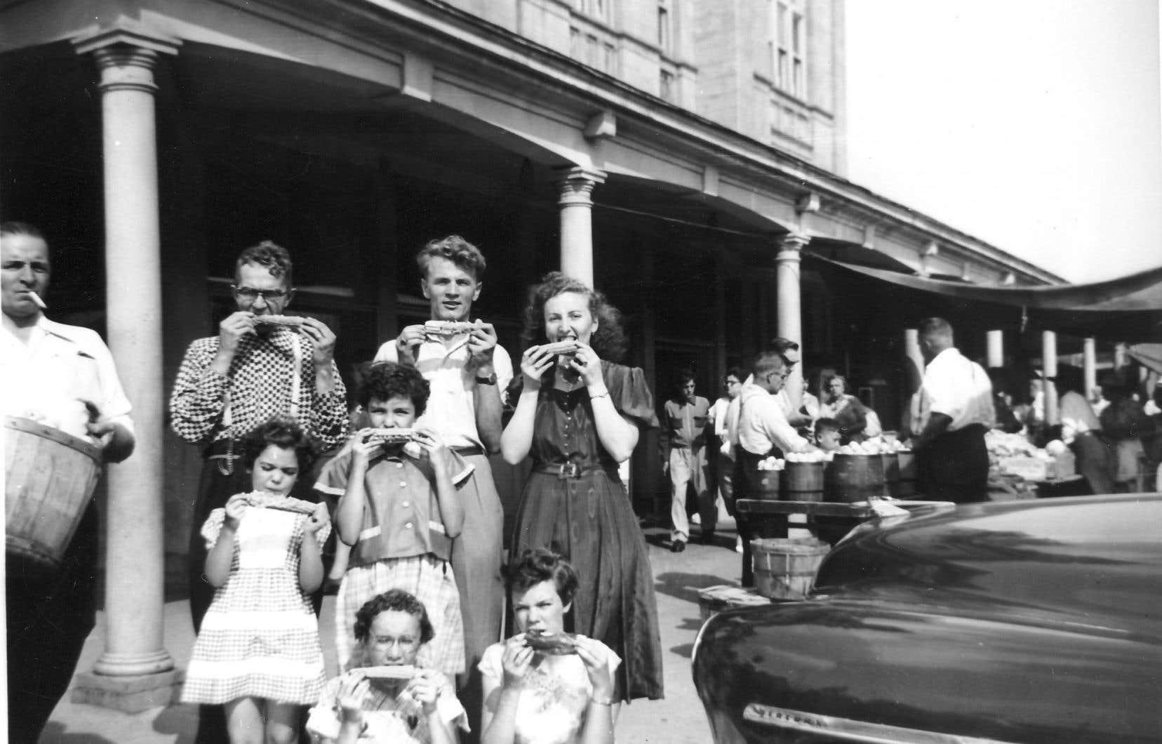 Une famille des années 1950, devant le marché Maisonneuve. À l'époque, la ville de Maisonneuve est une enclave prospère, où les nombreuses usines fournissent des emplois stables. Leur délocalisation, quelques années plus tard, frappera durement le quartier.
