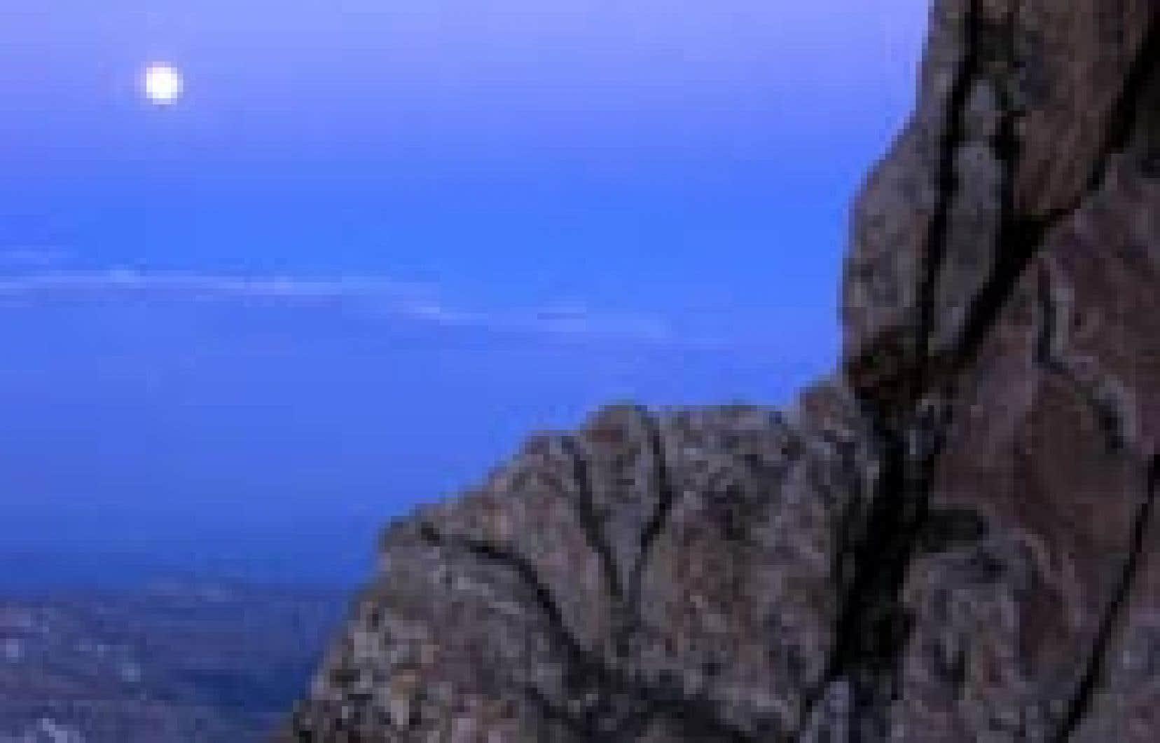 Une belle lune bleue, un événement rare, brille dans le ciel du parc du Grand Teton, dans l'État du Wyoming, où un alpiniste a capté cette image.