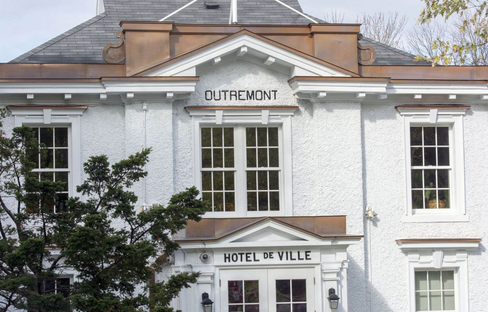 L'arrondissement d'Outremont a averti le locateur par courriel vendredi soir que la réservation de la salle était annulée.