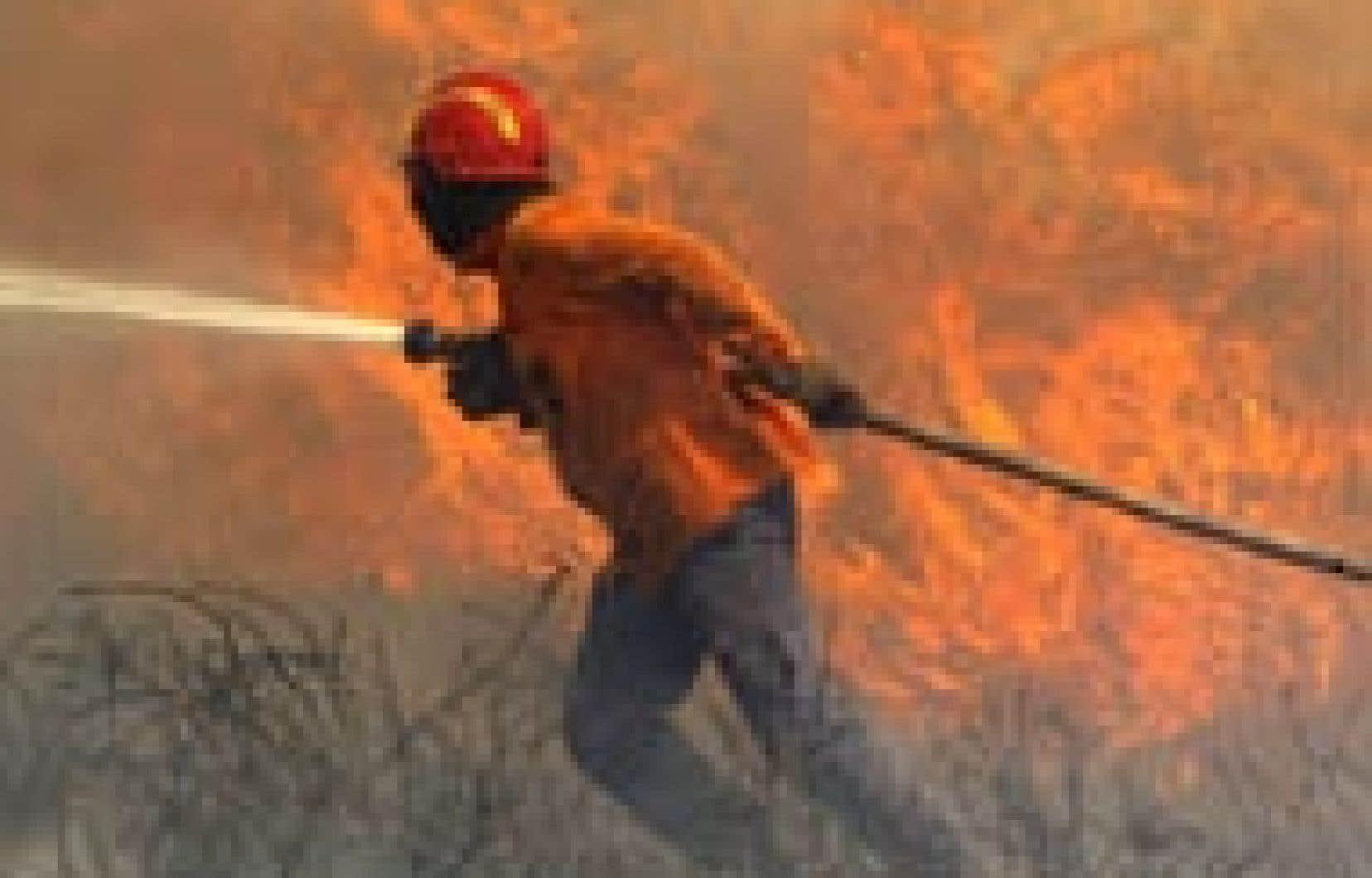 Plus de 1000 pompiers, du nord au sud du Portugal, appuyés par de nombreux véhicules, hélicoptères ou bombardiers d'eau Canadair, s'efforçaient hier soir de maîtriser une vingtaine d'incendies.