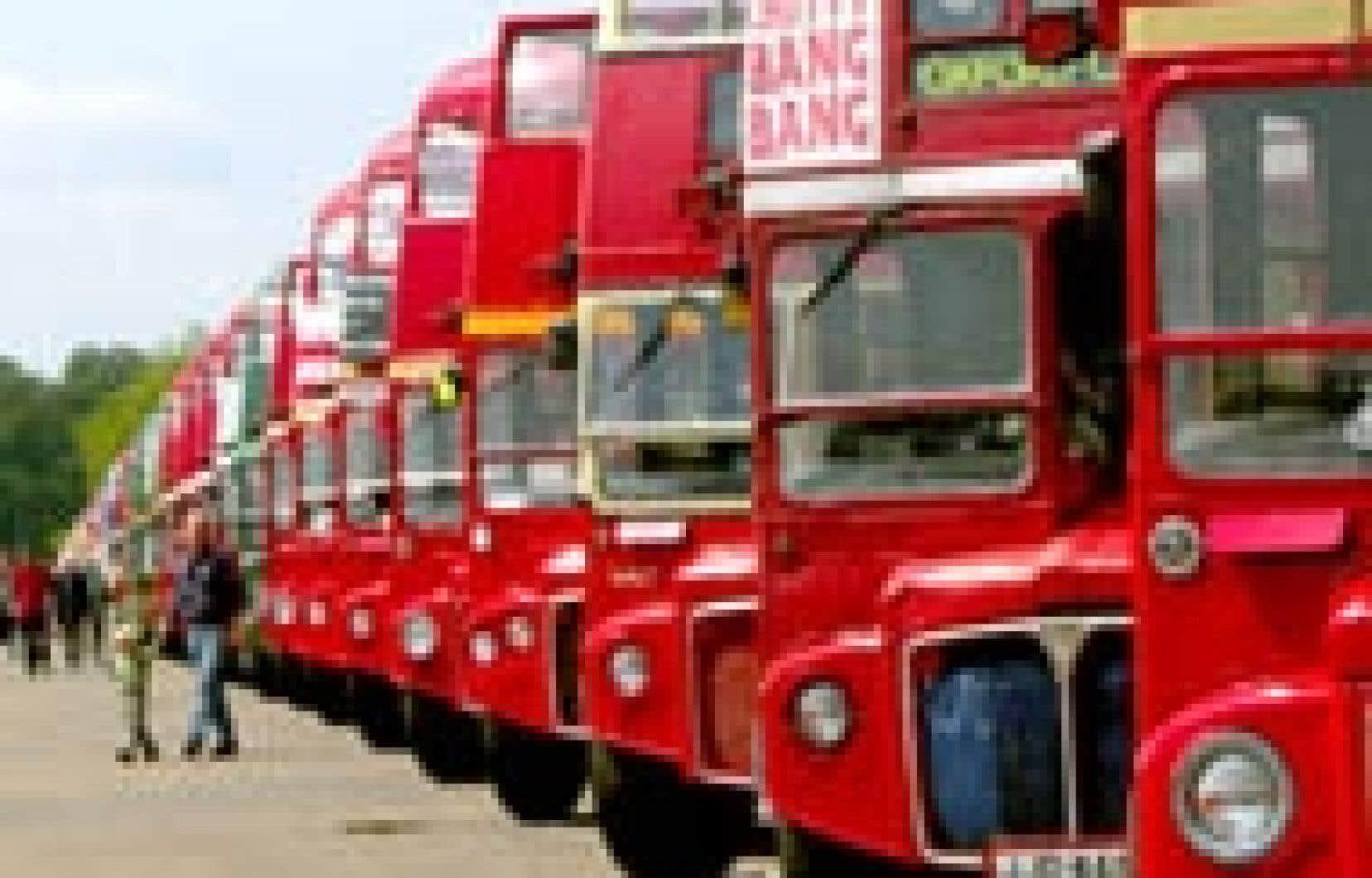 Les fameux autobus rouges à deux étages des rues de Londres, apparus pour la première fois en 1954, seront retirés de la circulation d'ici la fin de 2005, ont annoncé hier les autorités londoniennes, parce que ces véhicules ne sont pas adaptés au