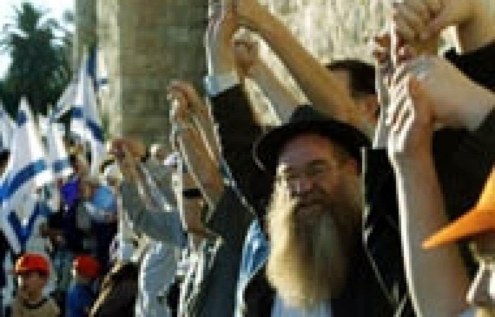 De la vieille ville de Jérusalem à la bande de Gaza, des milliers d'Israéliens se sont donné la main sur une distance de 90 km.