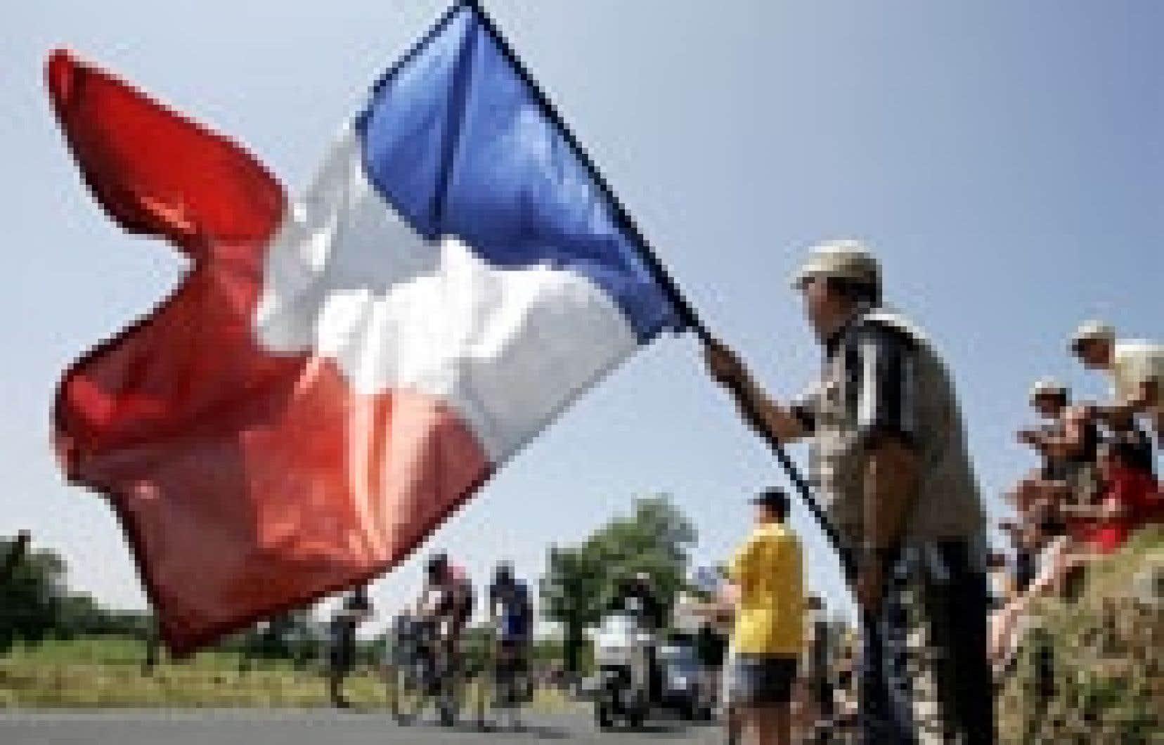 Il est bleu, il est blanc, il est rouge: il est français et il était aussi agité que ce mordu de la Grande Boucle venu avec le Tricolore encourager les cyclistes sur les routes ensoleillées de l'Hexagone en ce 14 juillet bien républicain.