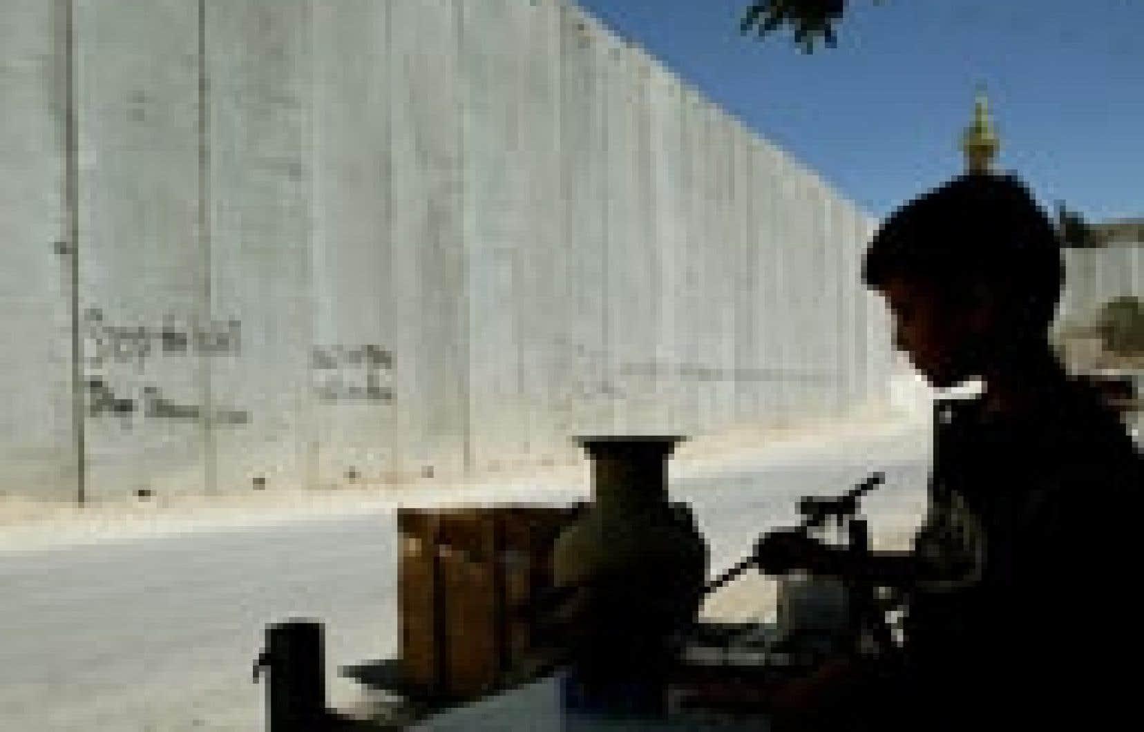À Abou Dis, où des ouvriers poursuivaient la construction de l'ouvrage, ce jeune Palestinien tenait boutique hier.