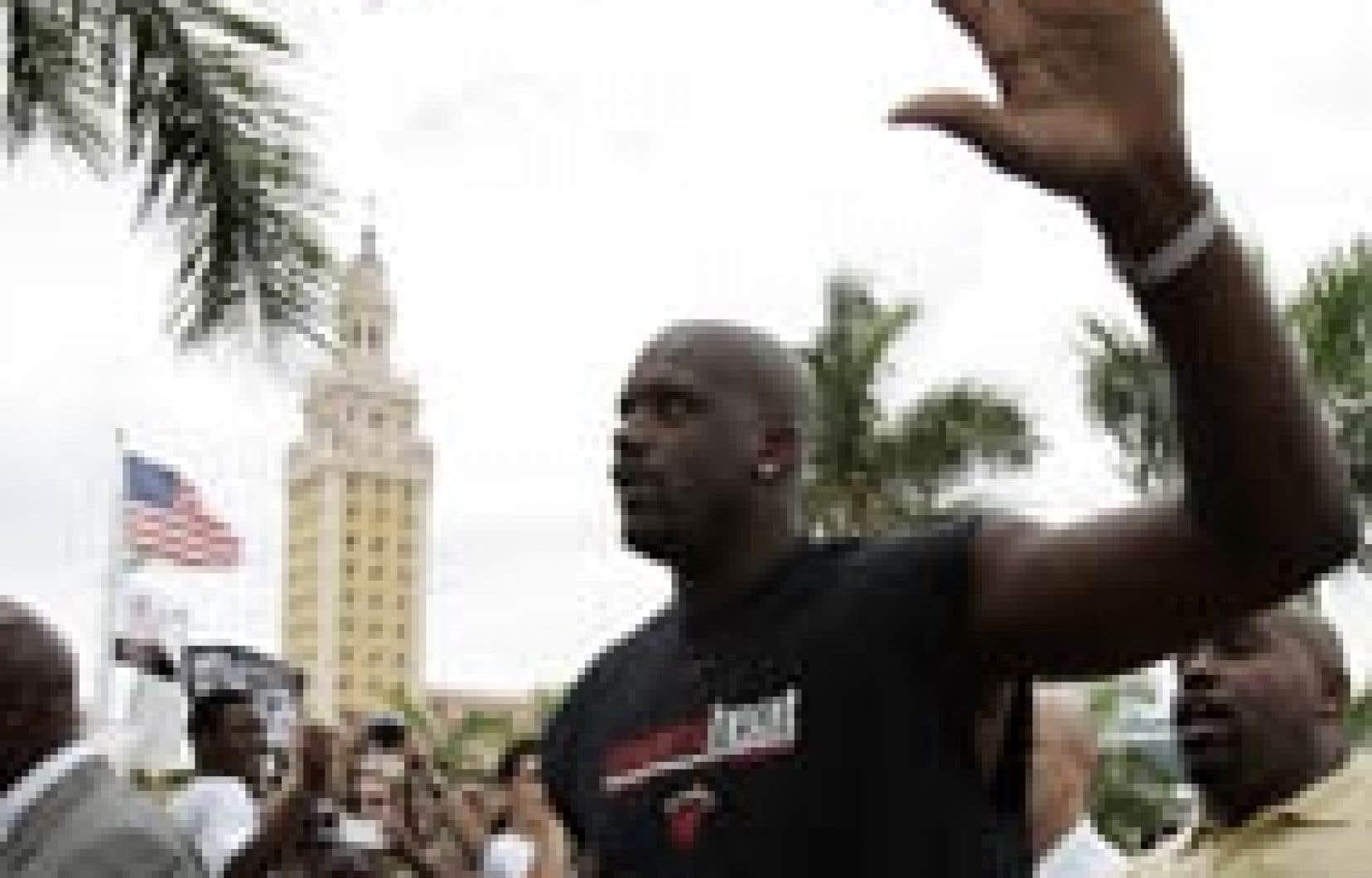 Shaquille O'neal, le centre vedette des Lakers de Los Angeles, a été acclamé en héros, hier, à Miami où il évoluera désormais.
