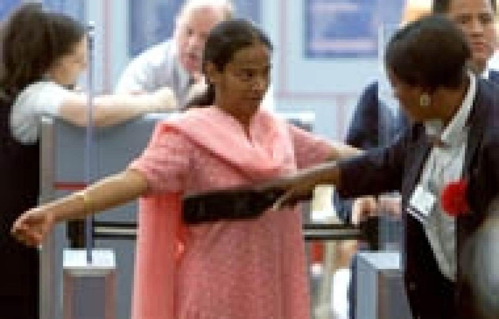 Les mesures de sécurité dans les aéroports ont été passablement augmentées dans la foulée des attentats du 11 septembre 2001 aux États-Unis.