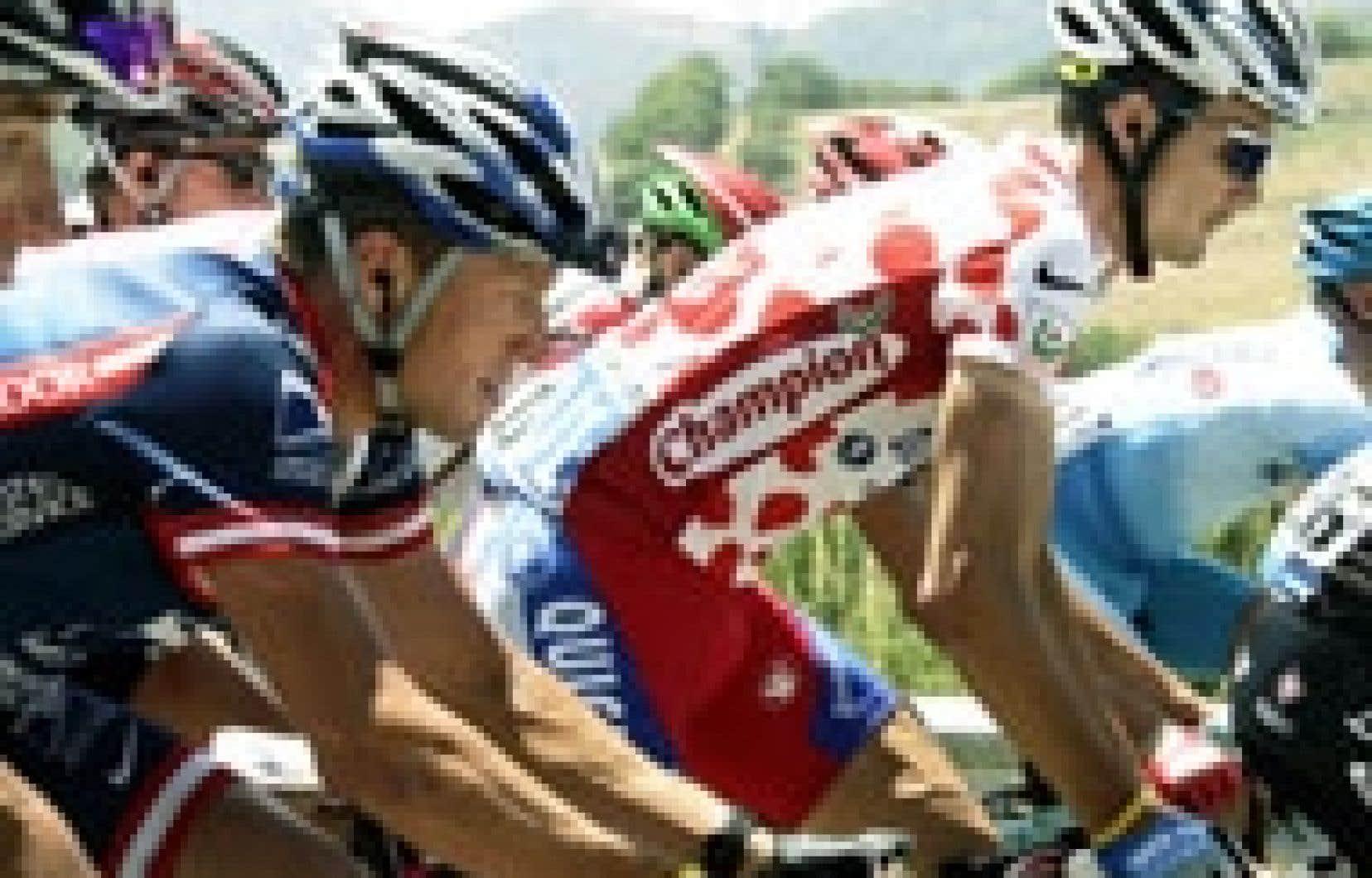 Lance Armstrong (à l'avant-plan), hier: quintuple vainqueur du Tour de France, le cycliste texan est inquiet.