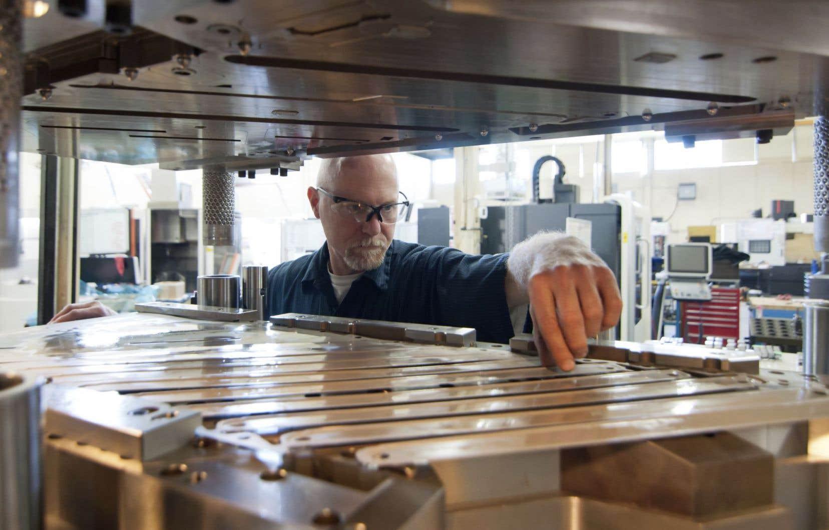 Le repli au Québec provient des industries productrices de biens, qui enregistrent une diminution de 1 %.