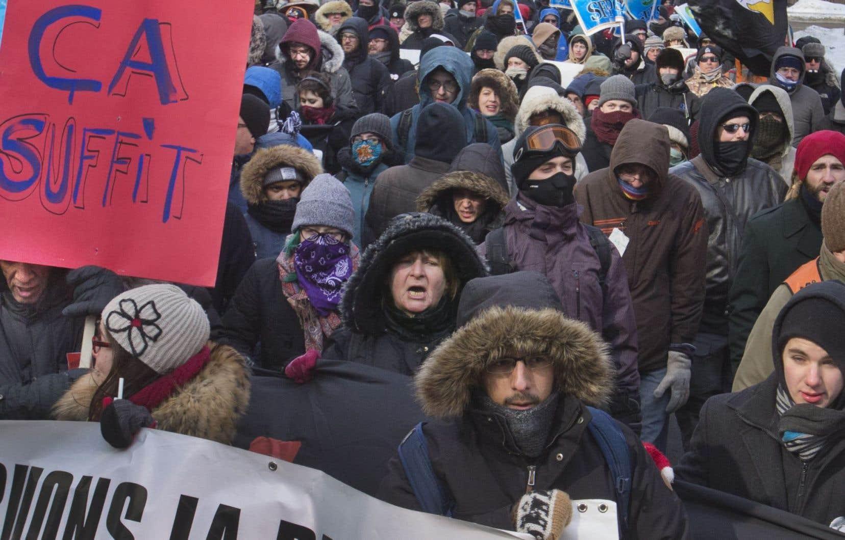 Les manifestants ont entamé leur marche devant les bureaux montréalais du premier ministre Philippe Couillard, avant de se rendre devant la tour BNP-Paribas, puis aux bureaux de l'Association des banquiers.