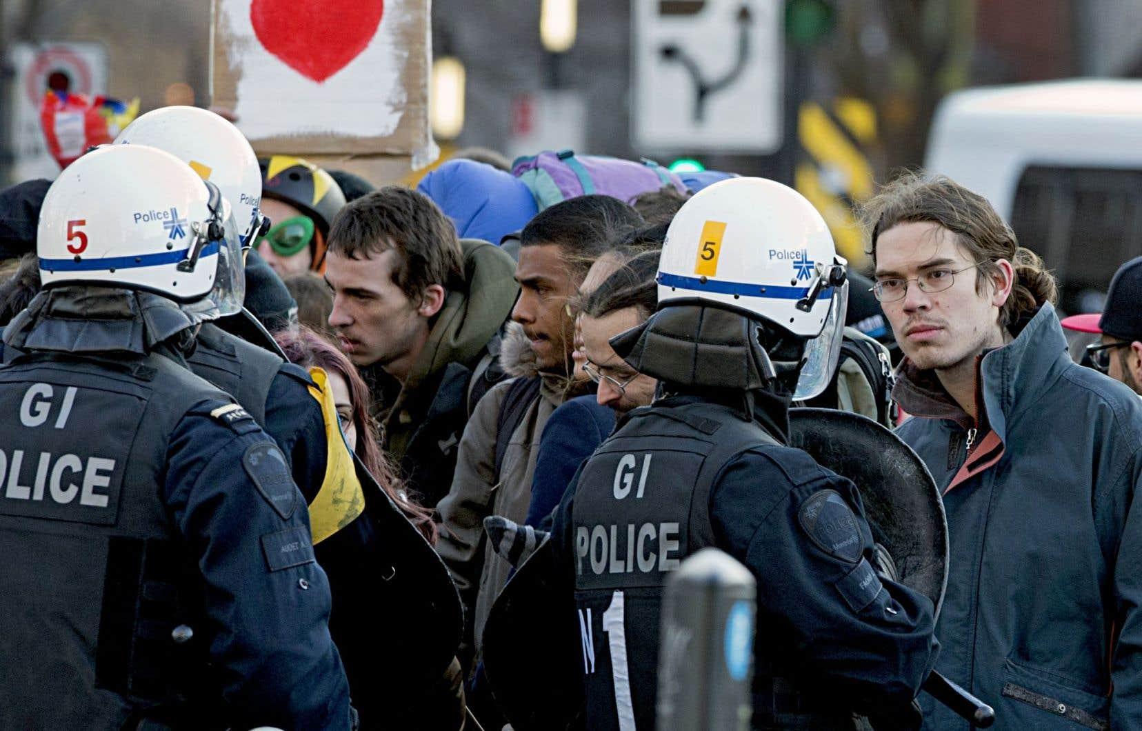 La Ville a décidé de ne pas en appeler de la décision du juge de la Cour municipale qui a jugé que le SPVM avait erré dans l'application du règlement P-6. Ci-dessus, des manifestants attendent de se voir remettre leur constat d'infraction après une arrestation de masse, le 5 avril 2013.