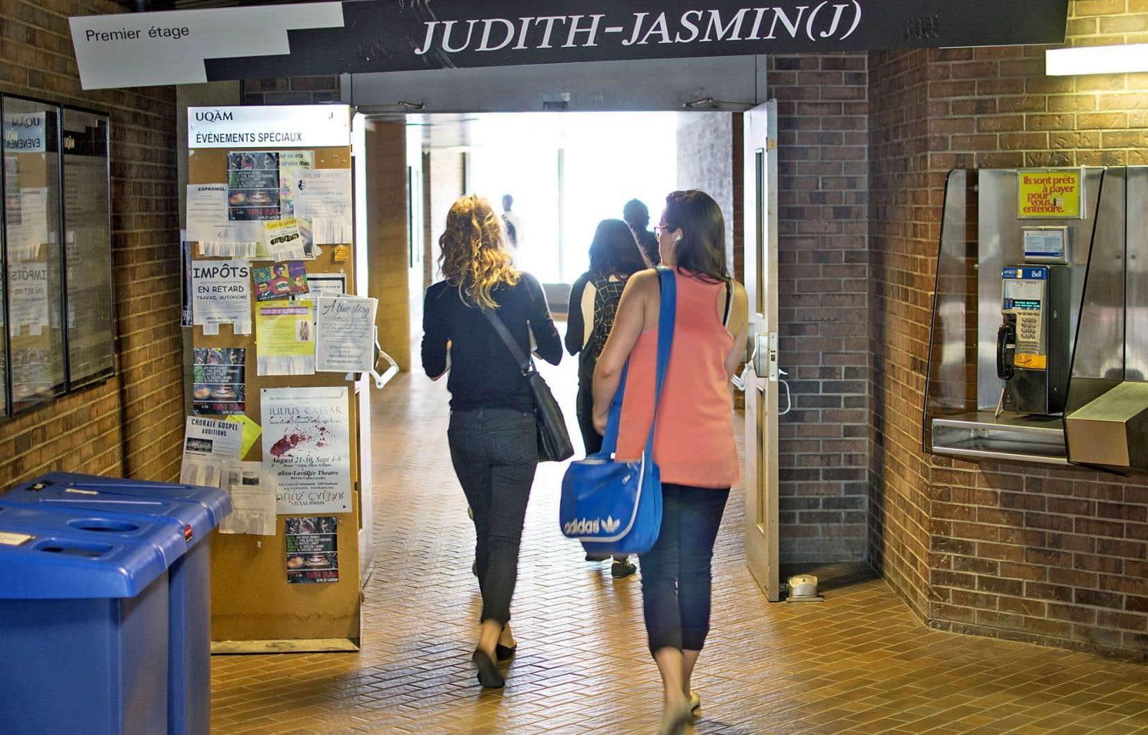 Les études féministes rassemblent tous les genres disciplinaires ou théoriques de réflexion qui visent à transformer la condition des femmes dans la société ainsi que l'avancement scientifique des connaissances.